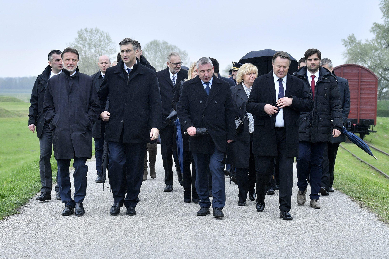 Jutarnji list - PLENKOVIĆ, JANDROKOVIĆ I DOBAR DIO VLADE U JASENOVCU  Sudjelovali na državnoj komemoraciji: 'Nema ni najmanjeg razloga da se  svrstavamo na 2 strane'