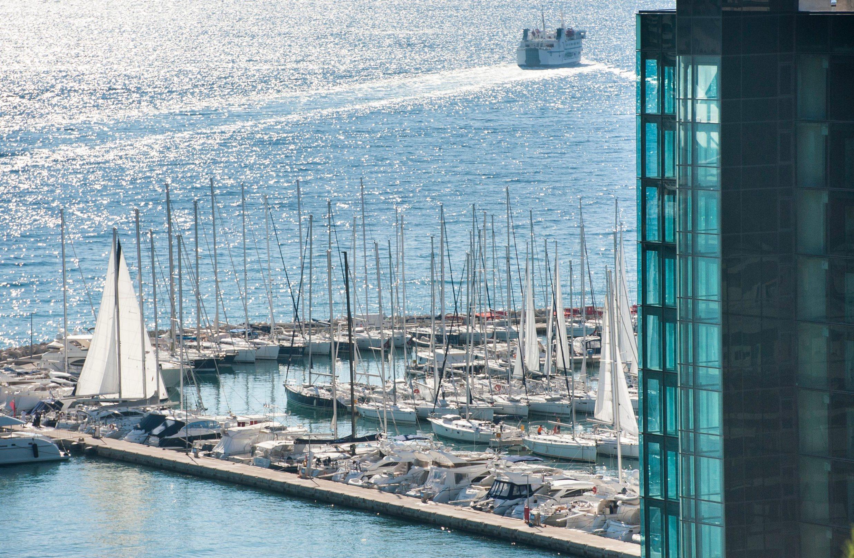 Pogled s Marjana na nedovršeni hotel Marjan, ACI marinu i Jadrolinijin trajekt u pozadini