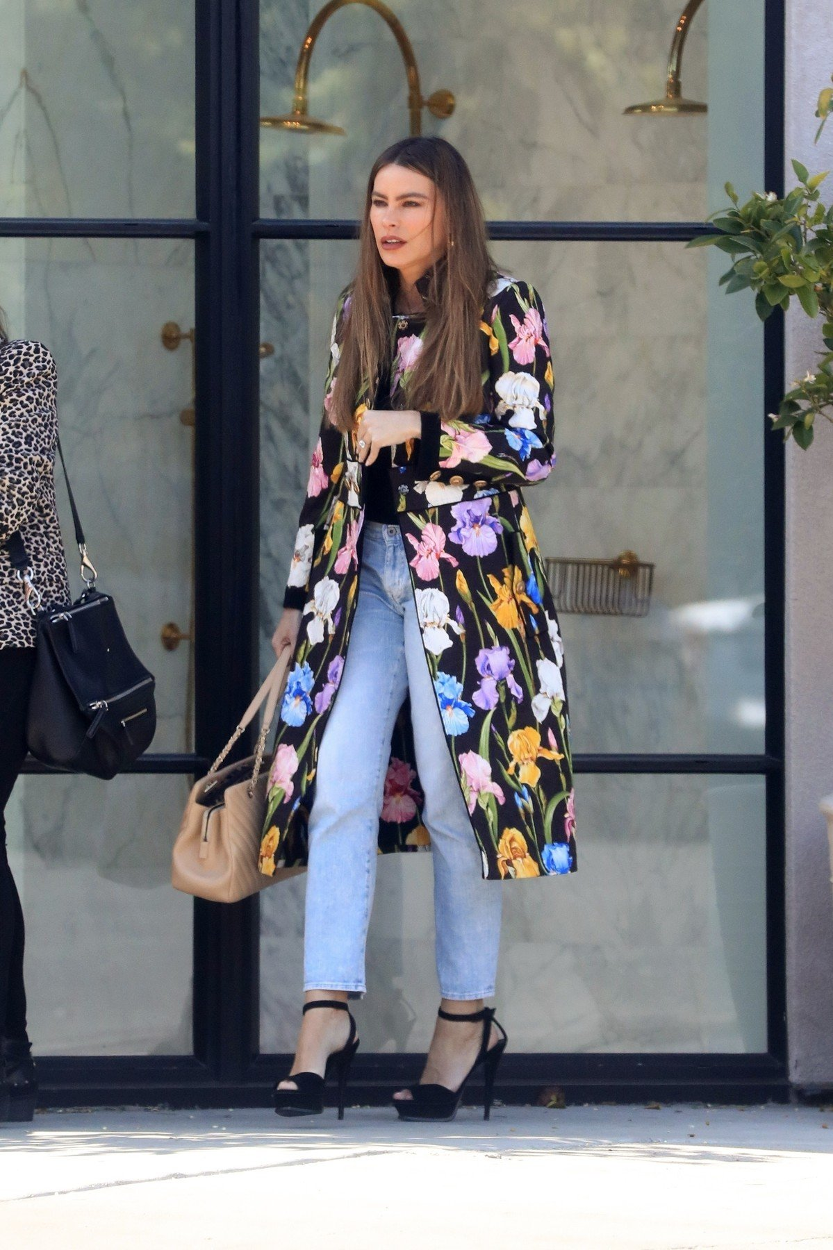 West Hollywood, CA  - Sofia Vergara looks colorful in a long floral print coat with jeans and black strappy heels for a shopping outing in West Hollywood with a girlfriend.  Pictured: Sofia Vergara  BACKGRID USA 15 APRIL 2019, Image: 426296471, License: Rights-managed, Restrictions: , Model Release: no, Credit line: Profimedia, Backgrid USA