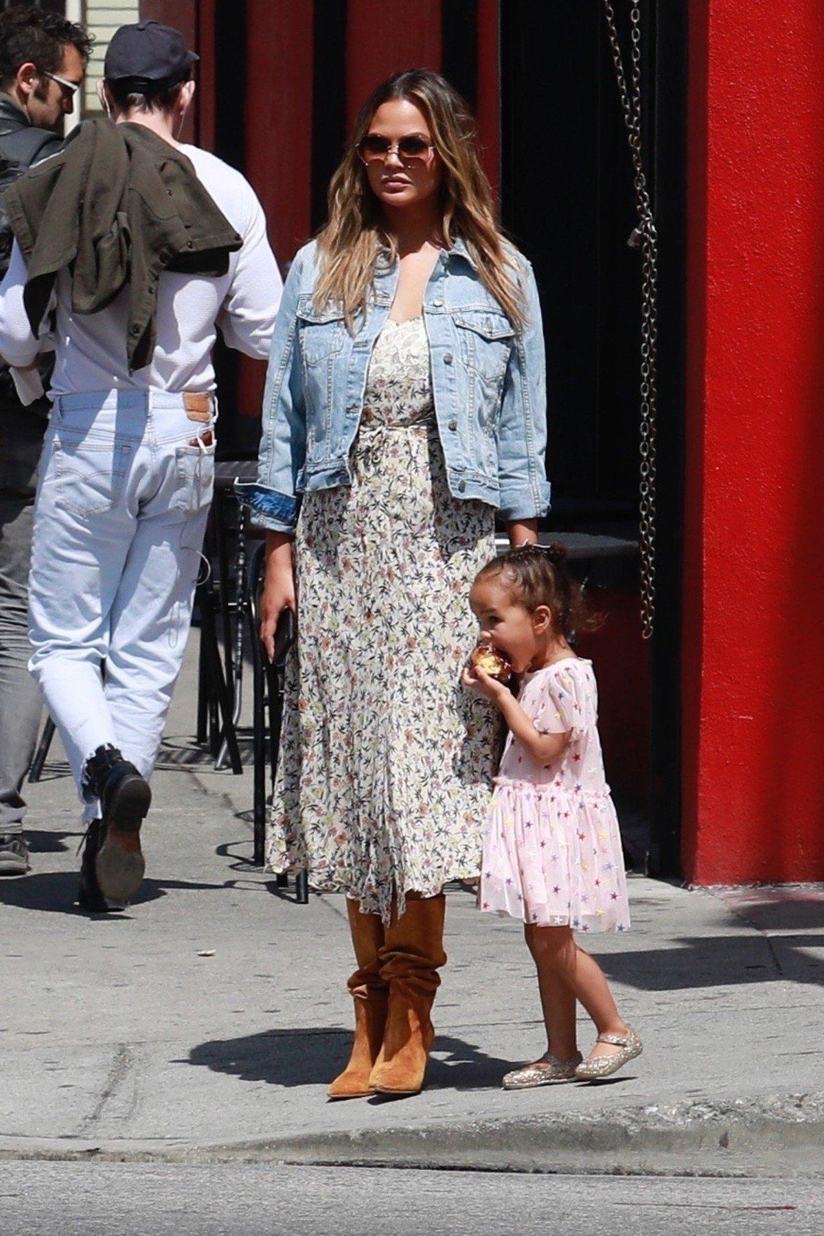 Chrissy Teigen s kćeri Lunom.