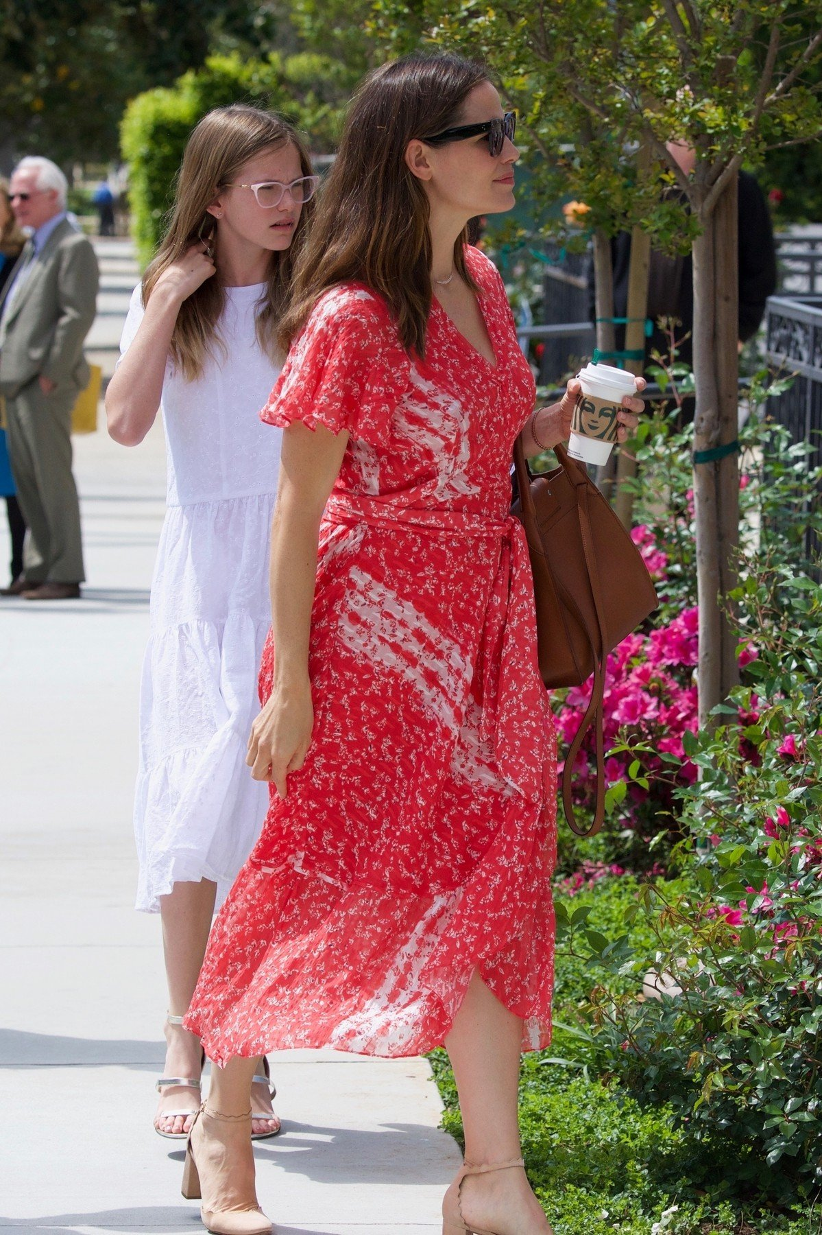 Los Angeles, CA  - Ben Affleck and Jennifer Garner are seen at church with their kids on Easter. Everyone looks dressed up for the Easter Sunday service as they are seen outside the church.  Pictured: Jennifer Garner , Ben Affleck  BACKGRID USA 21 APRIL 2019, Image: 427353143, License: Rights-managed, Restrictions: , Model Release: no, Credit line: Profimedia, Backgrid USA