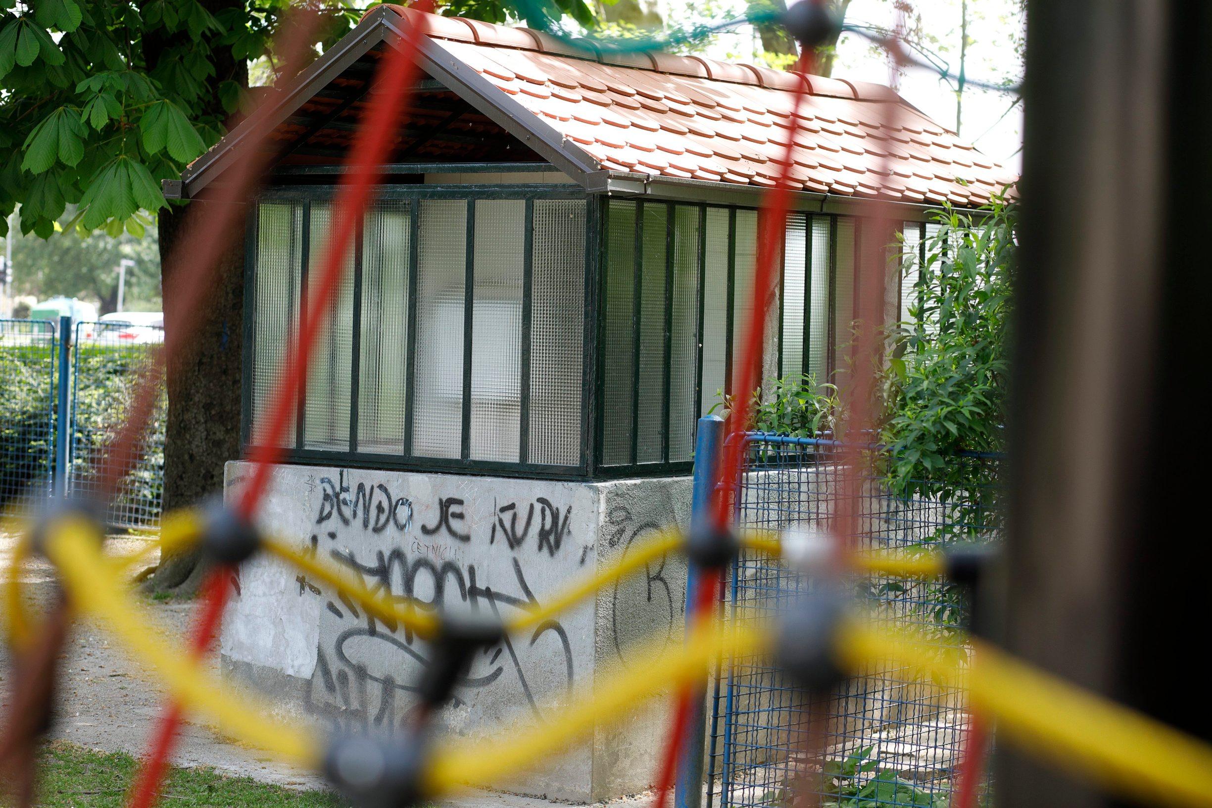 Zagreb, 260419. WC i djecje igraliste, u parku na Trgu kralja Petra Kresimira, uskoro bi se trebali obnavljati. Foto: Dragan Matic / CROPIX