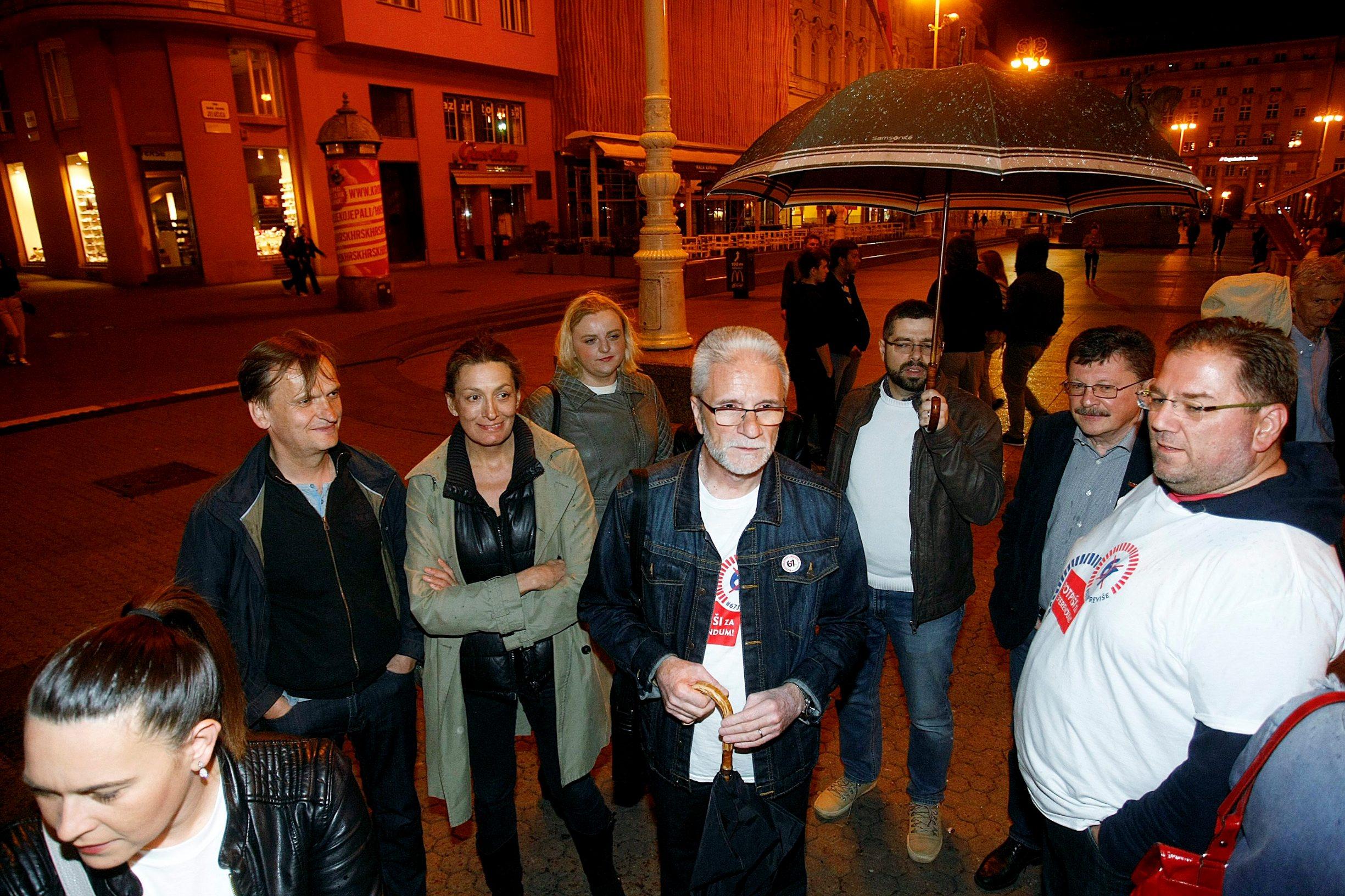 Zagreb, 270419.  Sindikalna inicijativa 67 je previse u ponoc je na Trgu bana Jelacica pocela prikupljati potpise za raspisivanje referenduma o izmjenama Zakona o mirovinskom osiguranju, kako bi se sprijecilo dizanje dobne granice na 67 godina za odlazak u punu mirovinu. Diljem Hrvatske u iduca dva tjedna bit ce otvoreno oko 300 standova na kojima ce gradjani moci dati svoj potpis za raspisivanje referenduma za koji treba prikupiti oko 385.000 potpisa.  Na fotografiji: Ursa Raukar, Vili Matula,  Kresimir Sever. Foto: Ranko Suvar / CROPIX