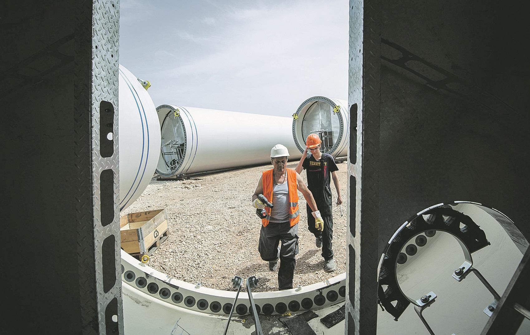 Padjene, 260419. Gradiliste Vjetroelektrane Krs Padjene prostire se kroz podrucje opcine Ervenik i grada Knina. Vjetroelektrana ukupne snage 142 MW bit ce najveca do sada u Hrvatskoj, prostire se na 20-ak km2 a elektricna energija proizvodit ce se putem 48 vjetroagregata. Foto: Tom Dubravec/ CROPIX