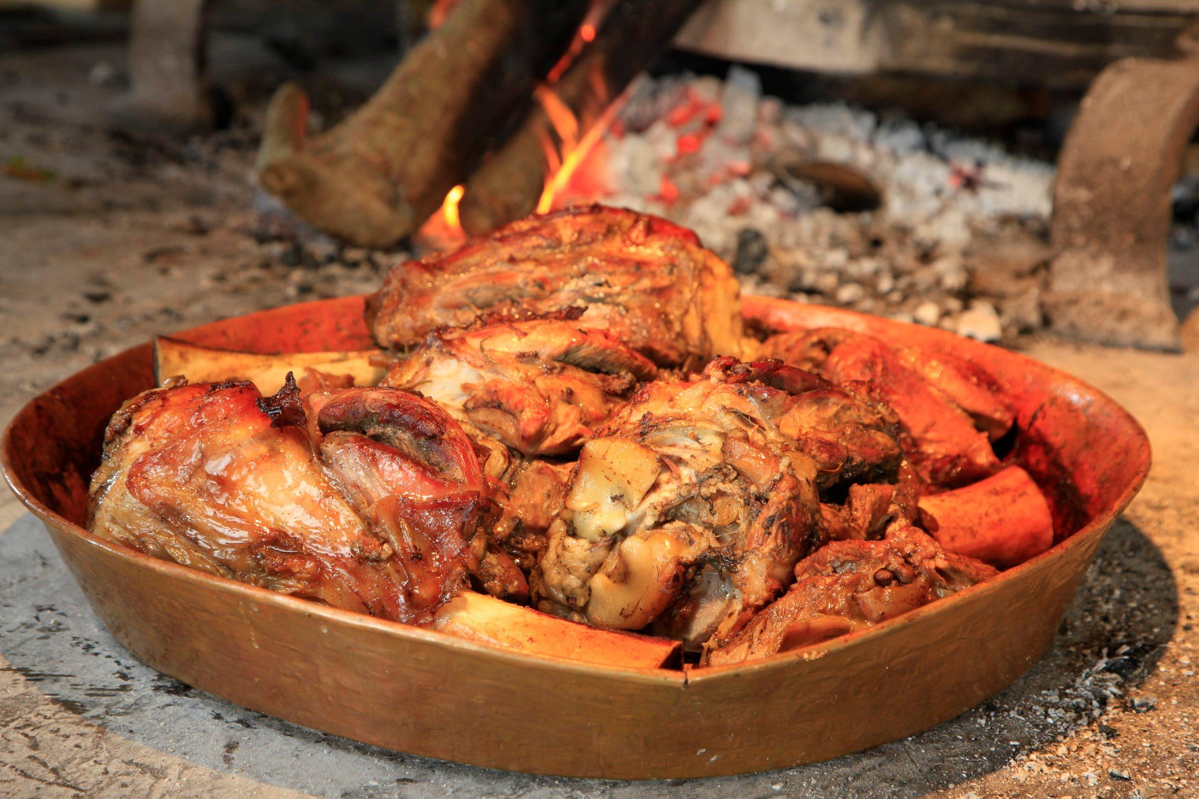 Valbandon kraj Pule, 151015. Restoran Beccaccia u Valbandonu u vlasnistvu obitelji Radolovic. Na fotografiji: koljenica pod pekom. Foto: Goran Sebelic / CROPIX
