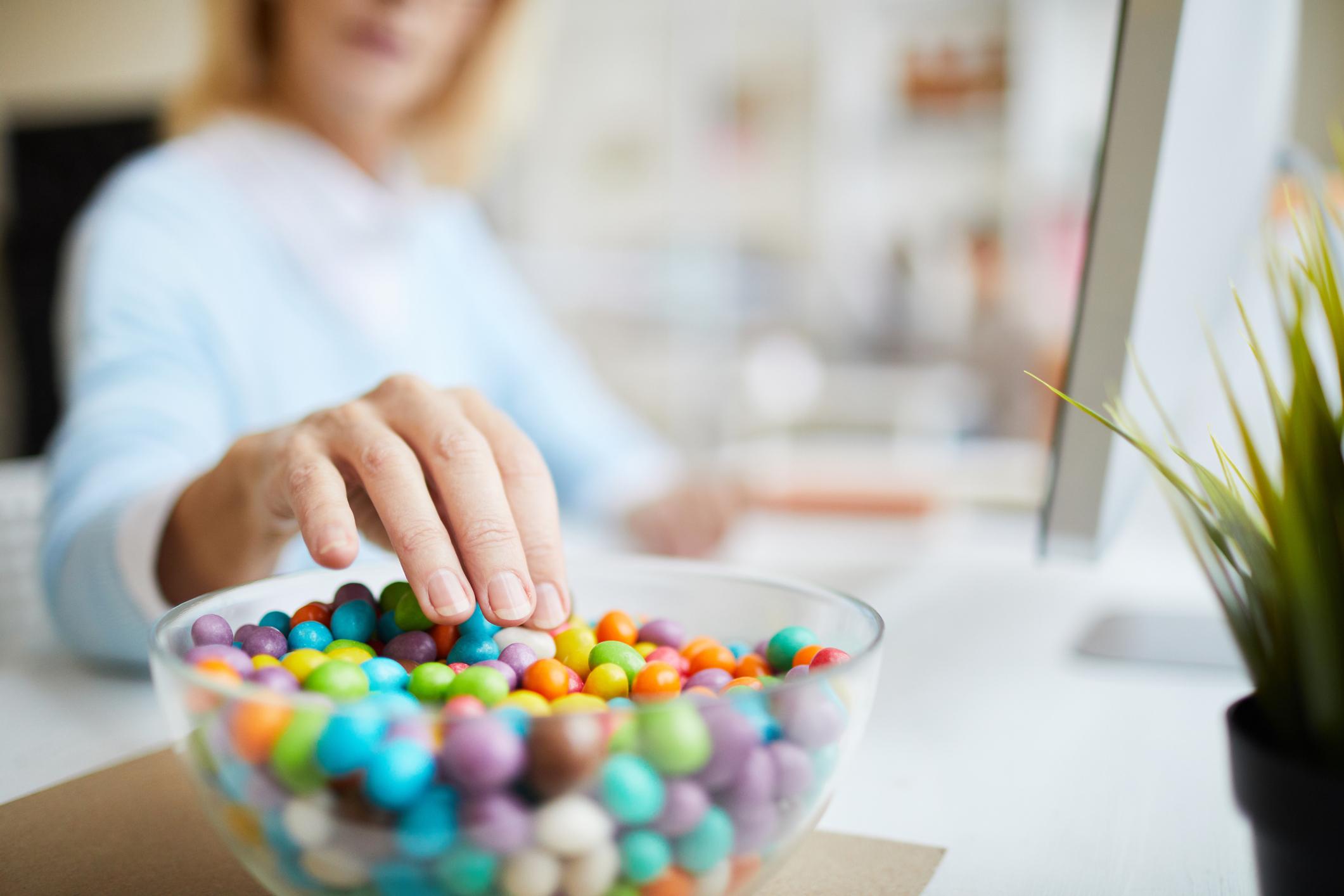 Ako osoba tijekom poslijepodneva žudi za čokoladom, znanstvenici joj savjetuju konzumaciju manje količine slatkog užitka kako bi ostala u formi i zadržala dobro raspoloženje.
