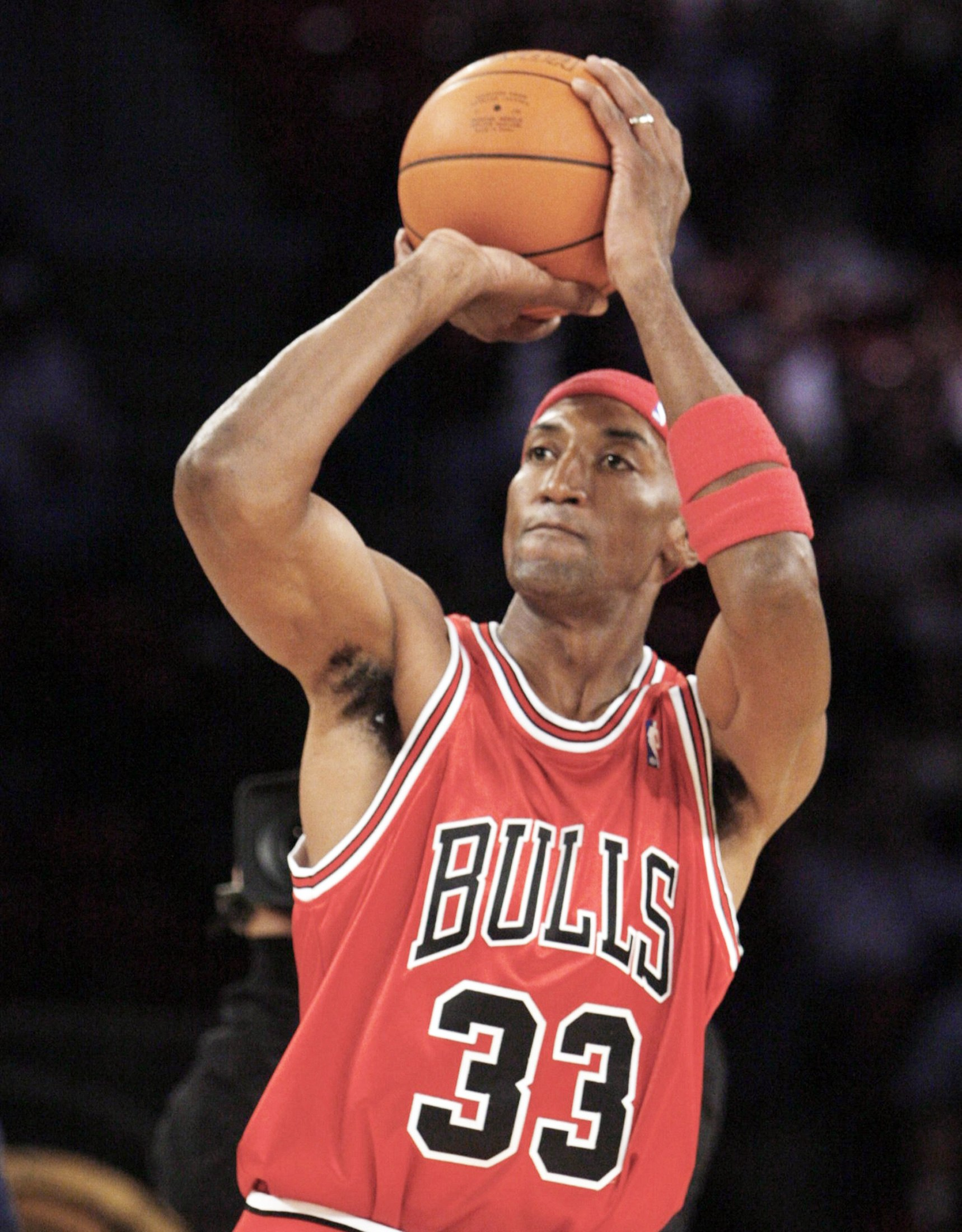 Former Chicago Bull Scottie Pippen shoots during the skills challenge event at the NBA All-Star weekend in Las Vegas February 17, 2007.  REUTERS/Lucy Nicholson (UNITED STATES) - GM1DUQENSUAA