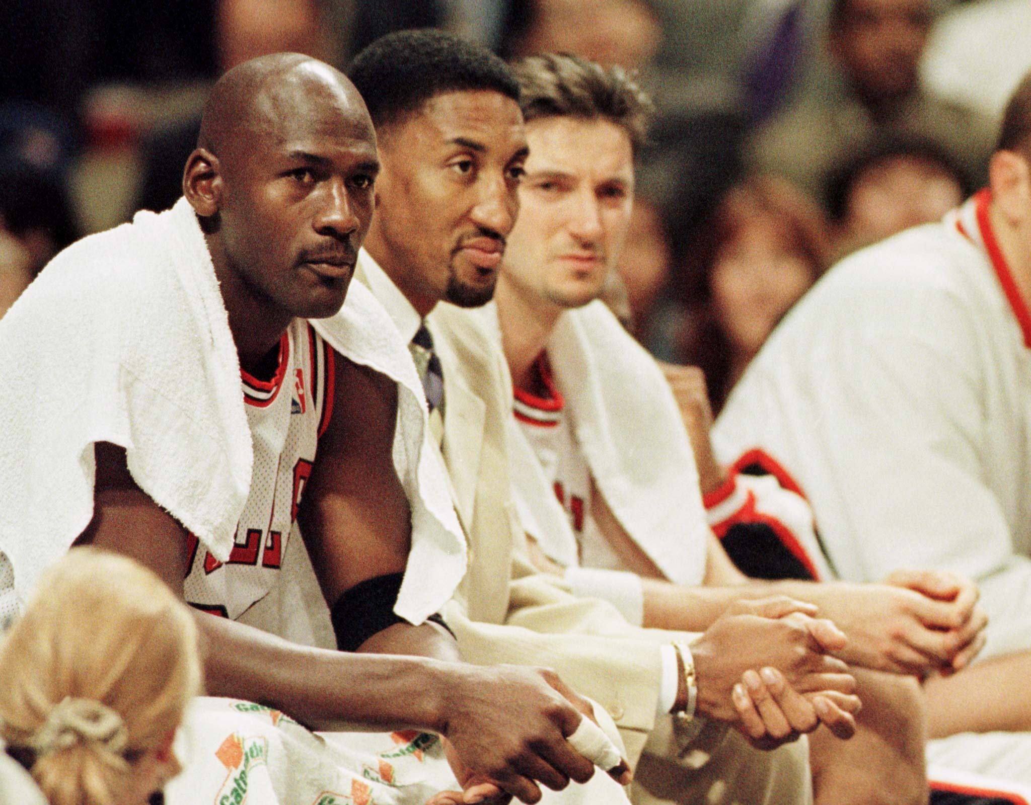 Chicago Bulls' Scottie Pippen (C), who has not played since the start of the season due to a foot injury, watches the game from the bench with teammates Michael Jordan (L) and Toni Kukoc during the fourth quarter November 12 against the Washinton Wizards. The Wizards defeated the Bulls 90-83, as the defending NBA champions fell to 4-4 on the season.  SPORT NBA - RP1DRIDINXAB