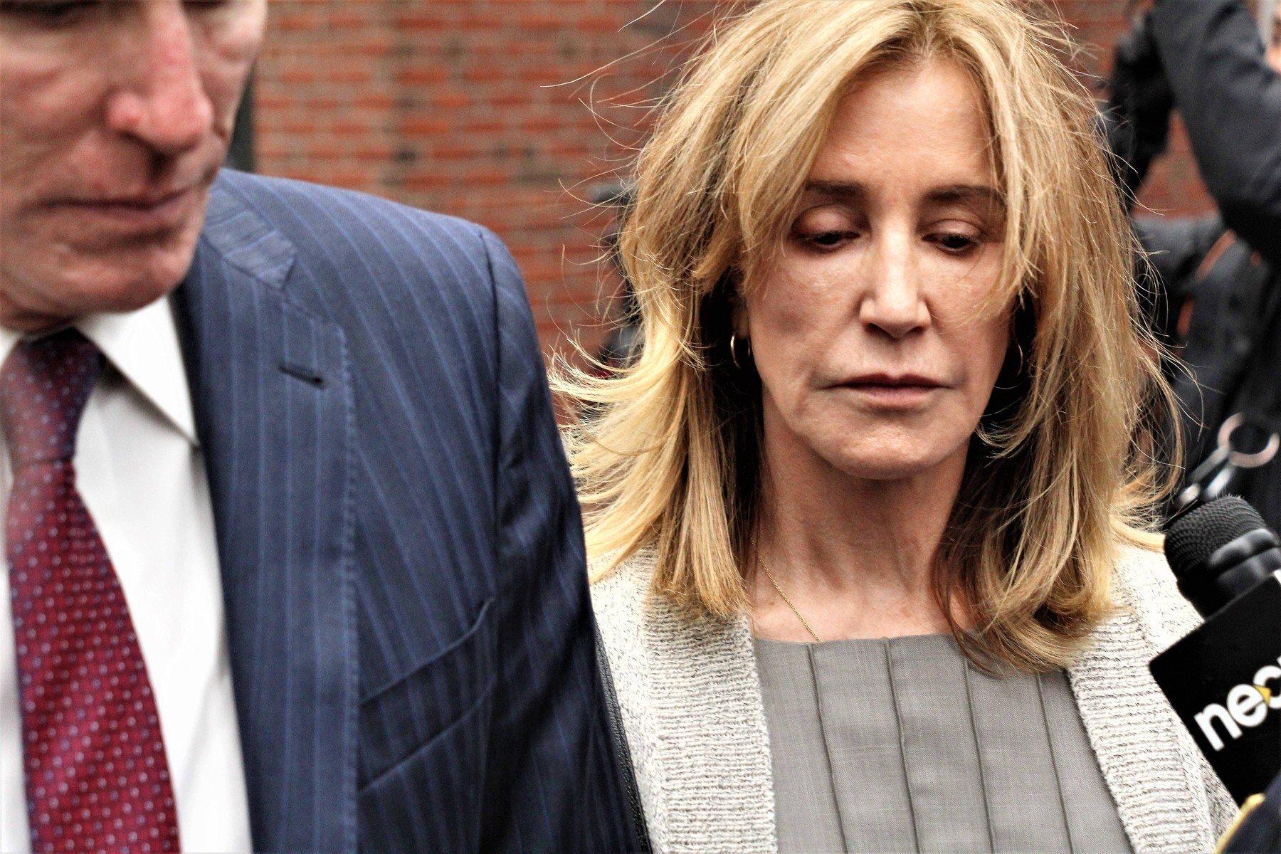 Felicity Huffman na odlasku iz sudnice u Bostonu