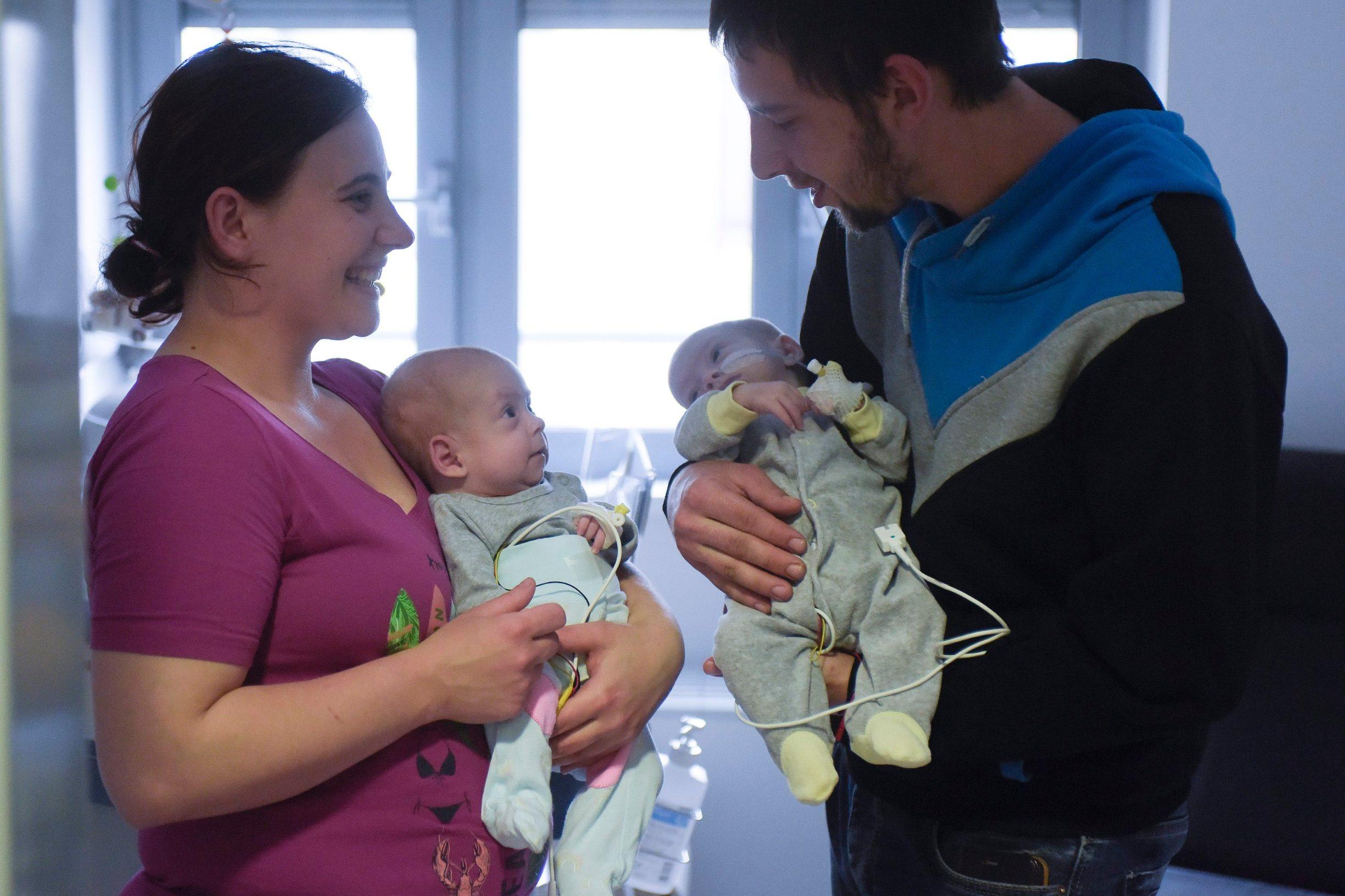 Tambolaš Marija i Petar drže na rukama svoje četveromjesečne kćeri