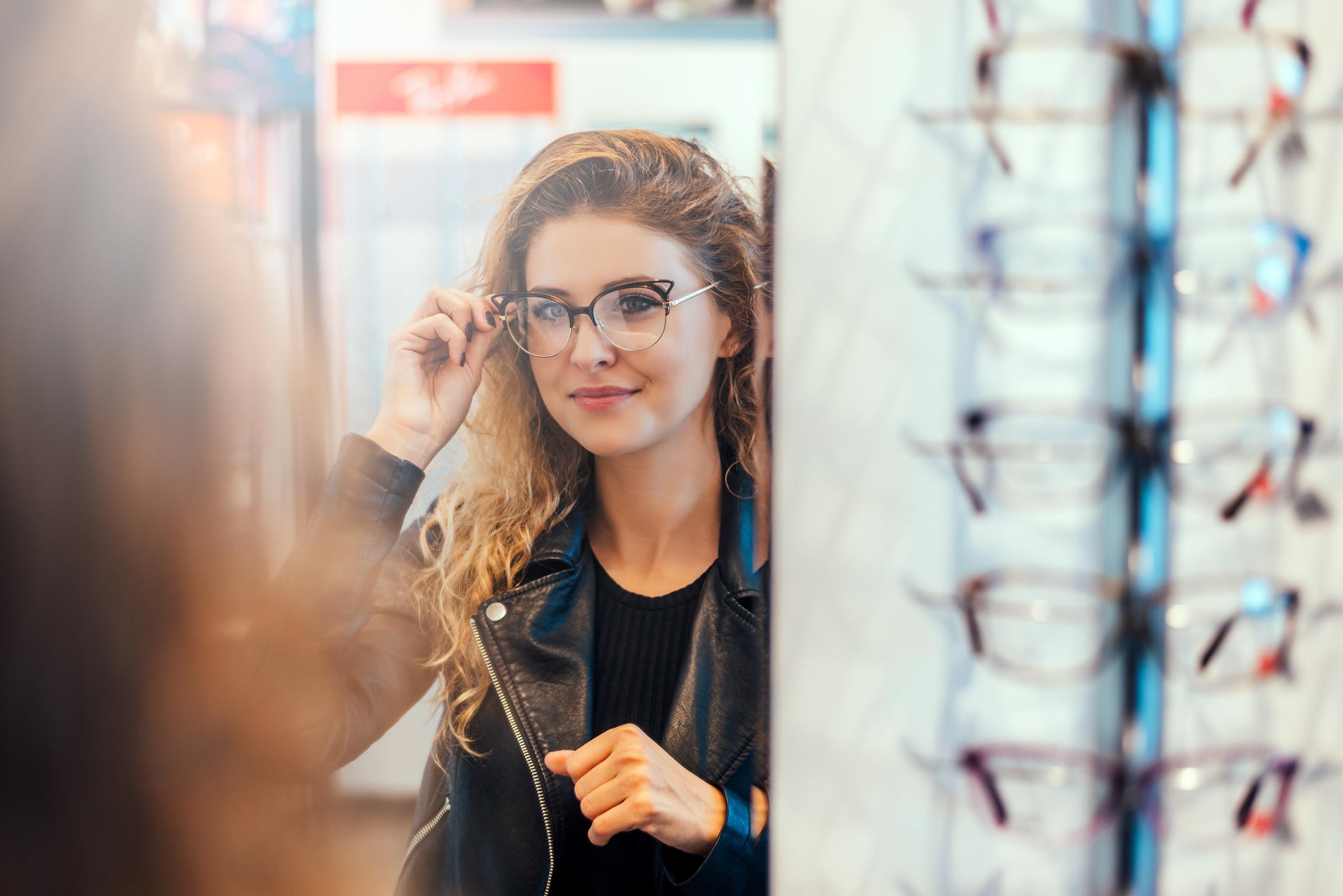 Za razliku od kontaktnih leća, naočale mogu dulje trajati ako se dioptrija ne mijenja i ako se posvećuje pažnja pri odlaganju istih.