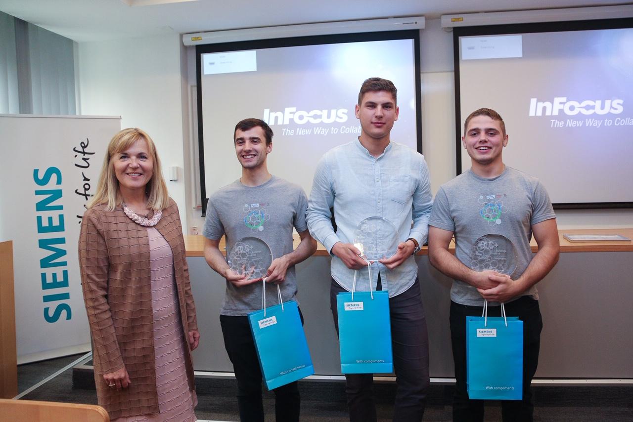 Predsjednica Uprave Siemensa Hrvatska Medeja Lončar s pobjedničkim timom (Nikola Benazić, Karlo Hercigonja i Ivan Ratković)