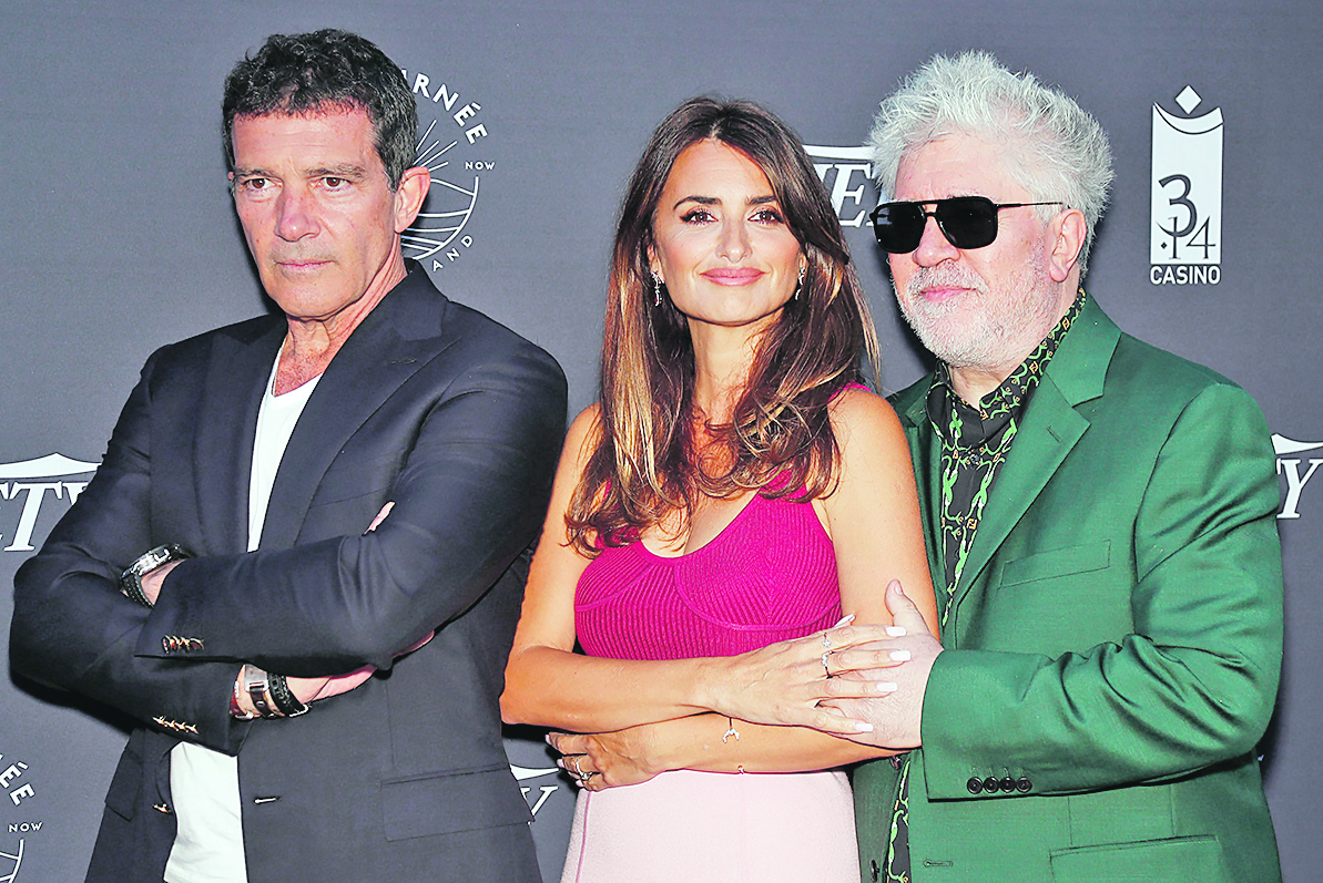 72nd Cannes Film Festival - Variety Photocall - Cannes, France, May 16, 2019. Pedro Almodovar, Penelope Cruz and Antonio Banderas pose. REUTERS/Eric Gaillard