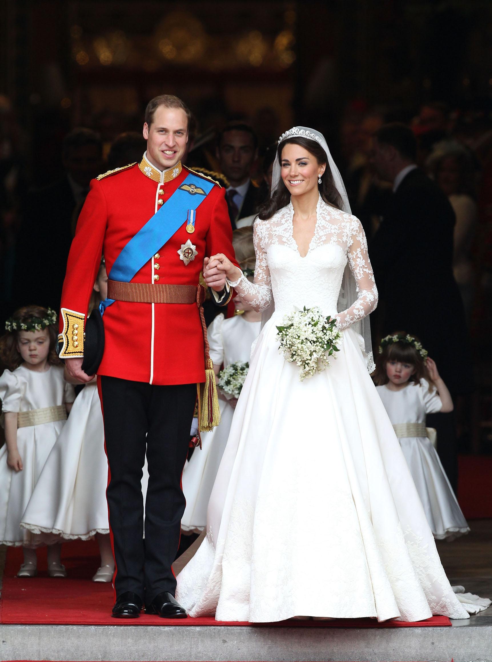 Kate Middleton nosila je čipkastu haljinu s velikim šlepom - model u koji su se mnoge mladenke zaljubile