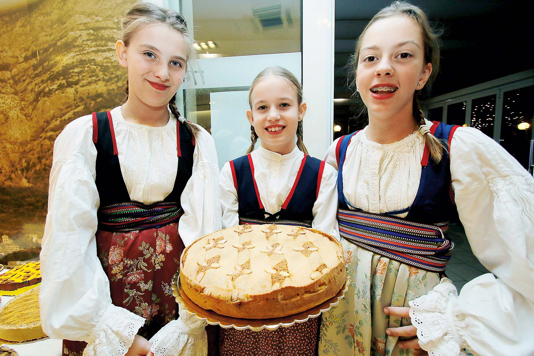 Makarska, 241118. Izbor za najbolju tortu Makaranu, tradicijski makarski kolac koji je zasticen kao nematerijalna bastina.  Najbojla torta birala se izmedju njih trinaest. Foto: Ivo Ravlic / CROPIX