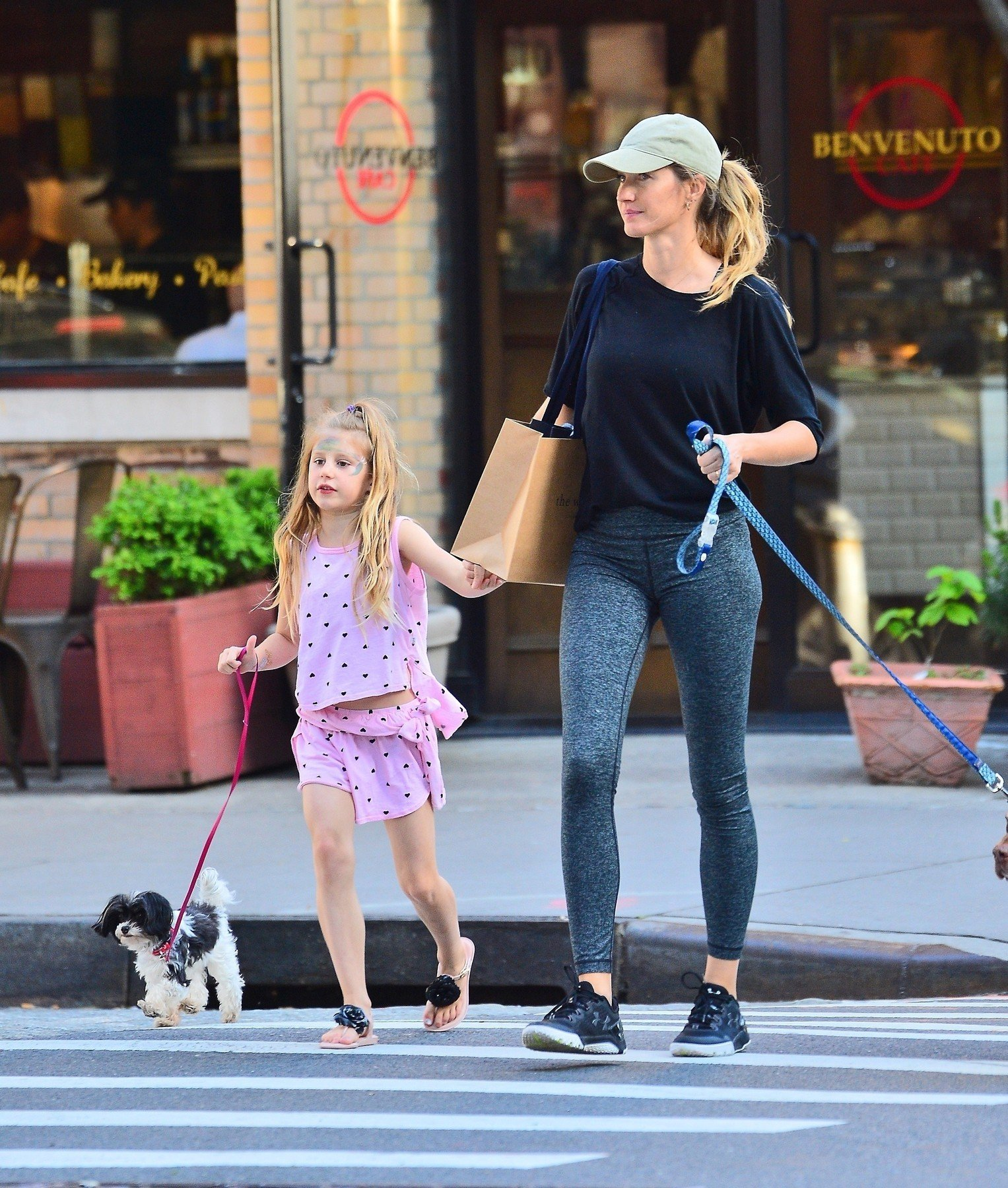 New York, NY  - *EXCLUSIVE* Gisele Bundchen takes her daughter Vivian Lake Brady for a walk with her dogs on the pier in NYC.  Pictured: Gisele Bundchen  BACKGRID USA 18 MAY 2019, Image: 434563478, License: Rights-managed, Restrictions: , Model Release: no, Credit line: Profimedia, Backgrid USA