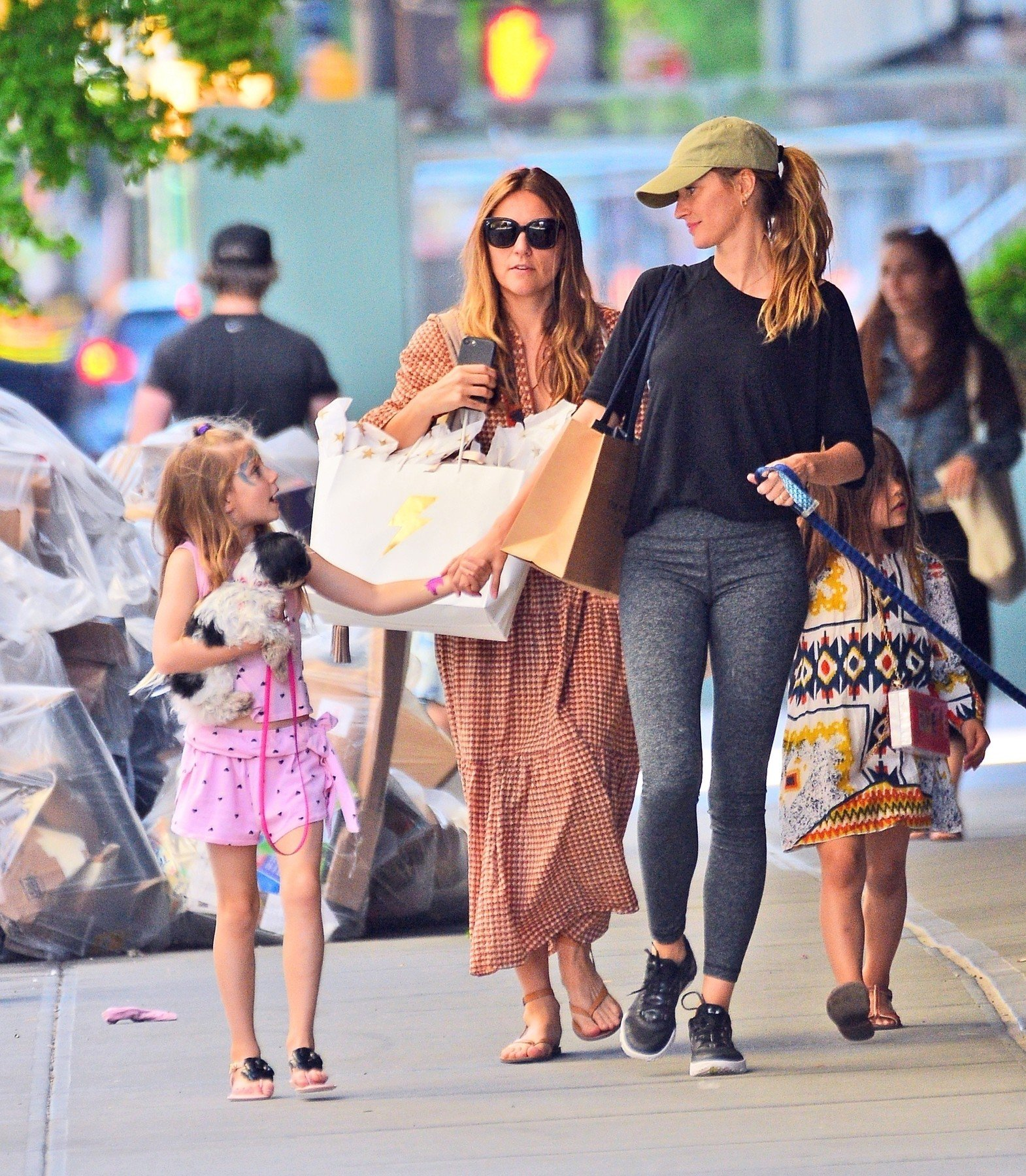 New York, NY  - *EXCLUSIVE* Gisele Bundchen takes her daughter Vivian Lake Brady for a walk with her dogs on the pier in NYC.  Pictured: Gisele Bundchen  BACKGRID USA 18 MAY 2019, Image: 434563540, License: Rights-managed, Restrictions: , Model Release: no, Credit line: Profimedia, Backgrid USA
