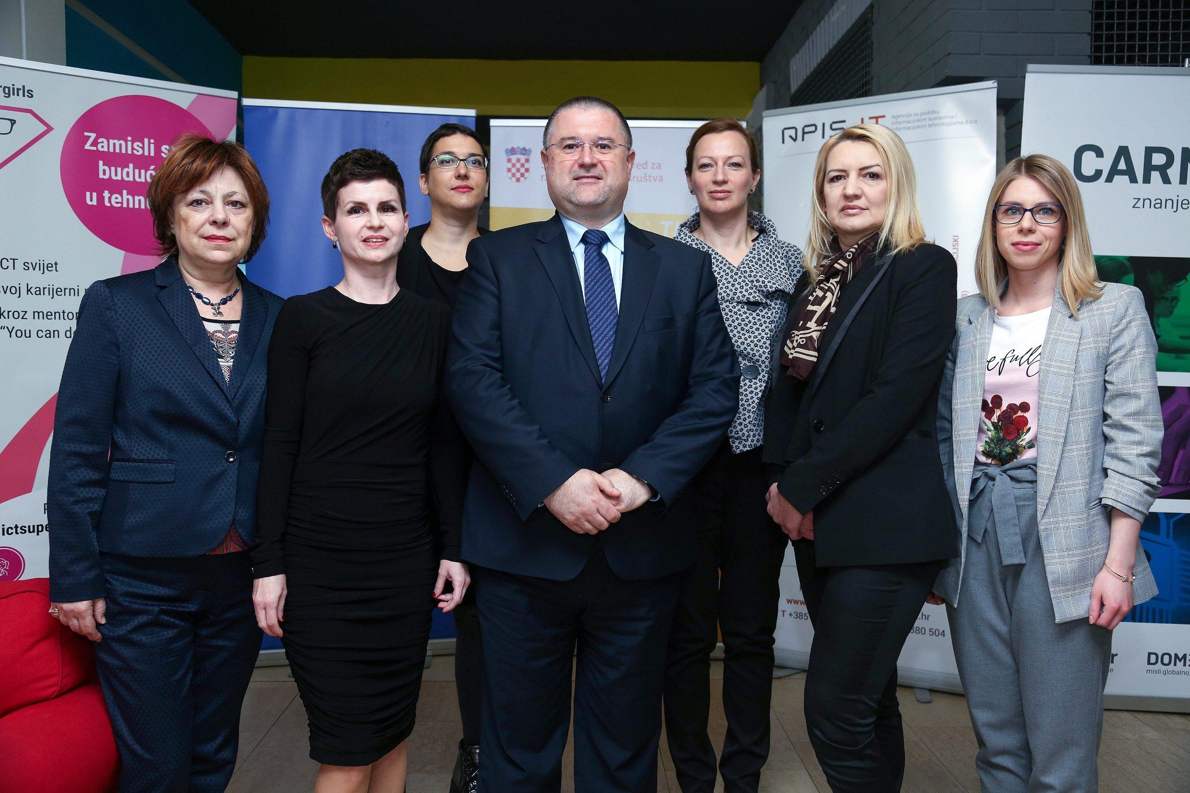 S lijeva: Helena Štimac Radin, Kristina Posavec, Nataša Kapov Kostovski, Bernard Gršić, Andrijana Prskalo Maček, Ivana Gudelj Tičak i Matea Žilak