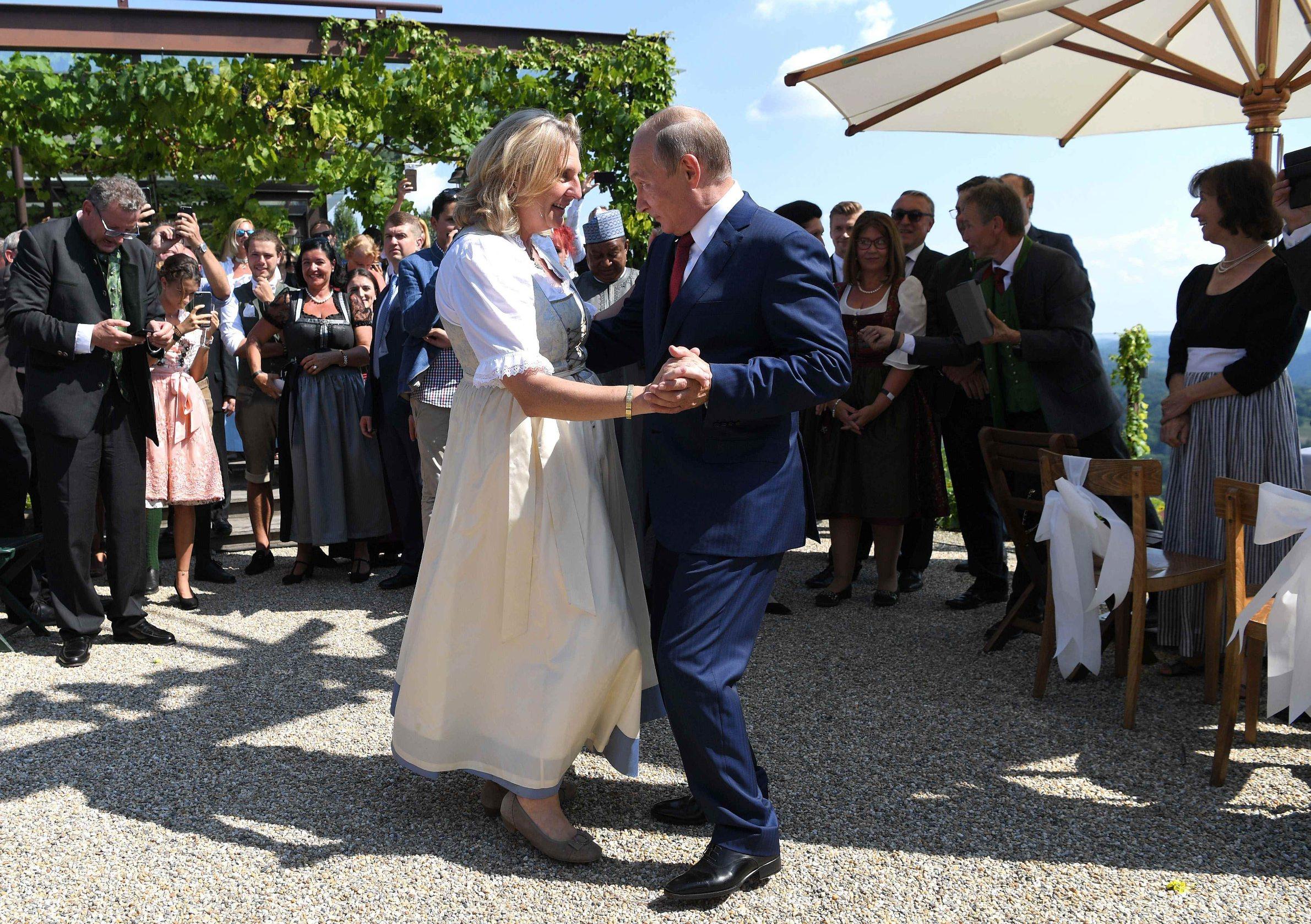 Ruski predsjednik Vladimir Putin na vjenčanju austrijske ministrice Karin Kneissl koja je na taj položaj došla uz podrški Heinz-Christiana Strachea