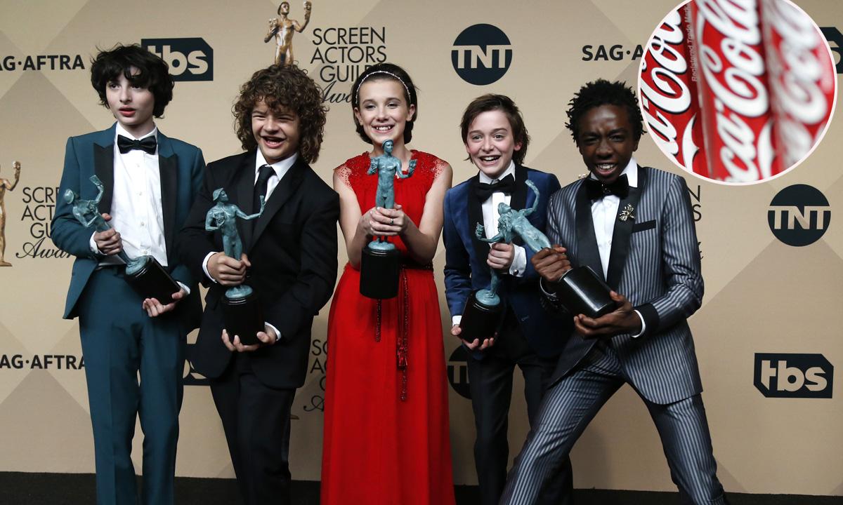 Glumci iz serije Stranger Things i limenke Coca-Cole u krugu