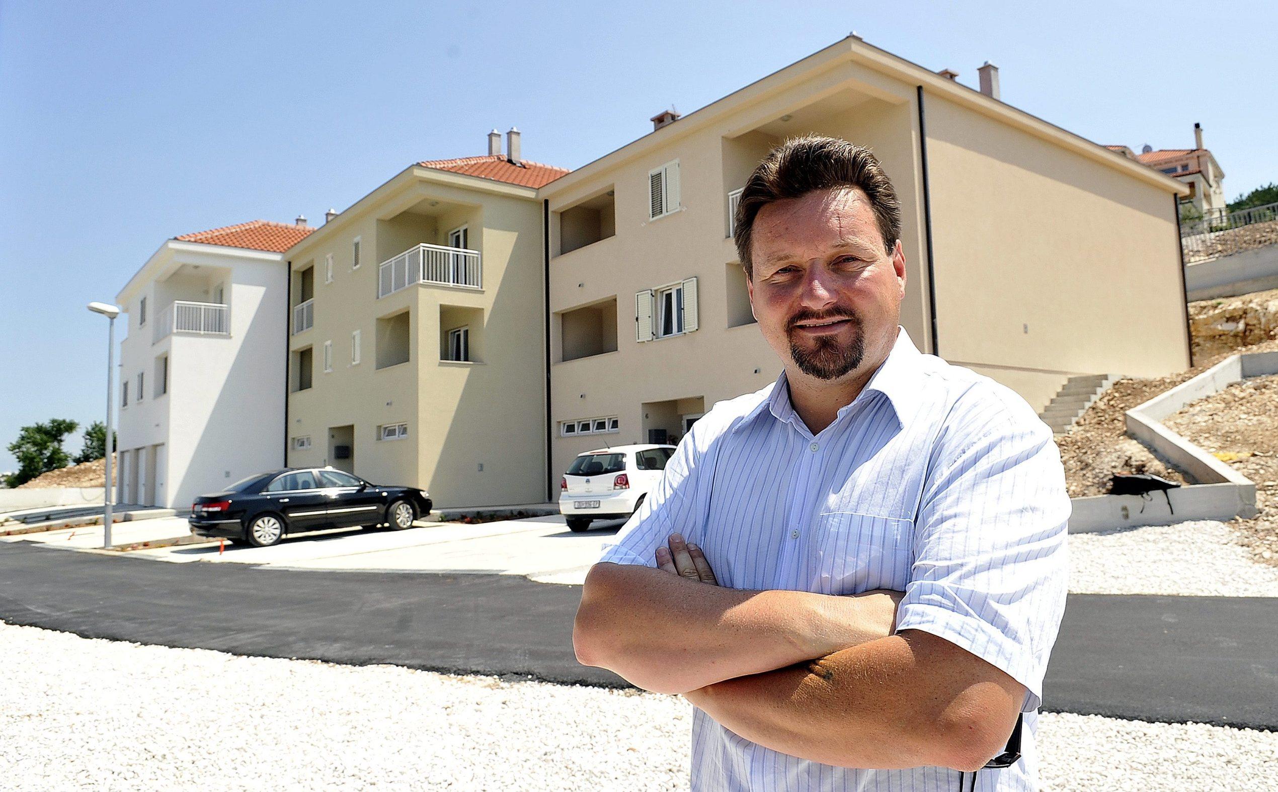 Lovro Kuščević ispred zgrada sa stanovima iz sustava POS (2010.)