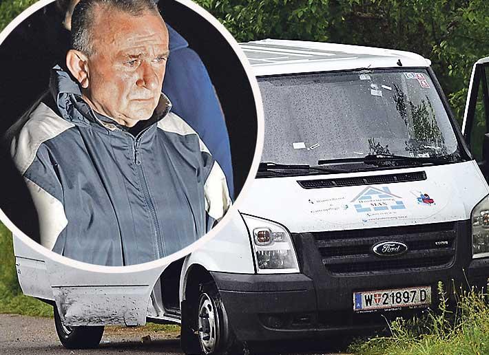 Nakon što je Marinković (u krugu) probio blokadu, policija je zapucala i ranila dvoje djece u kombiju