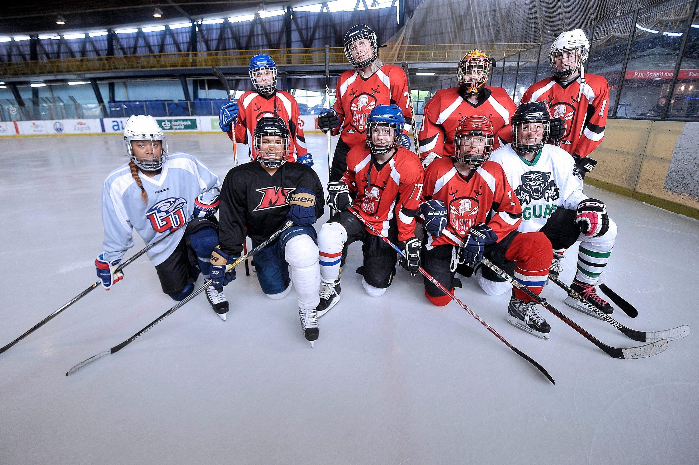Zagreb, 230519. Klizaliste Velesajam. Hokejasice hokejaskog kluba Sisak. Na fotografiji:  Siscanke sa kolegicama izt Amerike. Foto: Damir Krajac / CROPIX