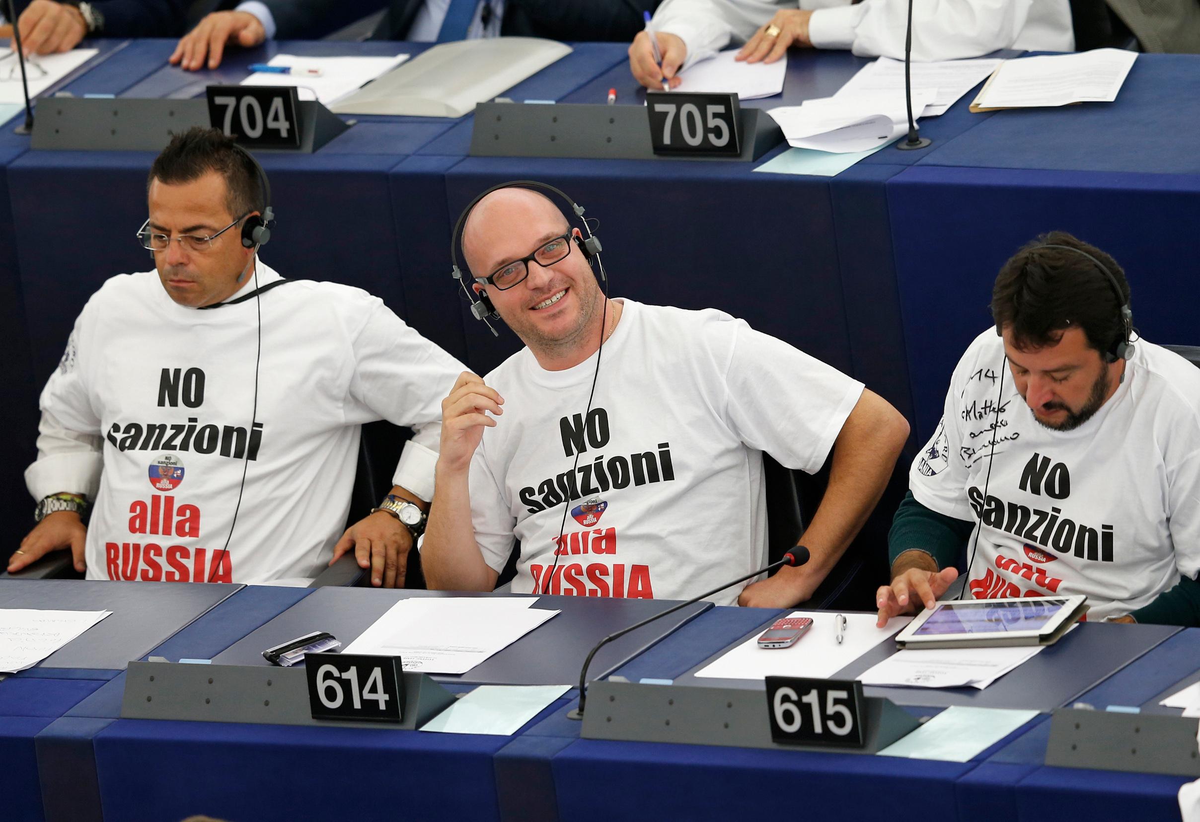 Matteo Salvini (desno) i članovi njegove stranke koji su u Europskom parlamentu prosvjedovali protiv sankcija Rusiji