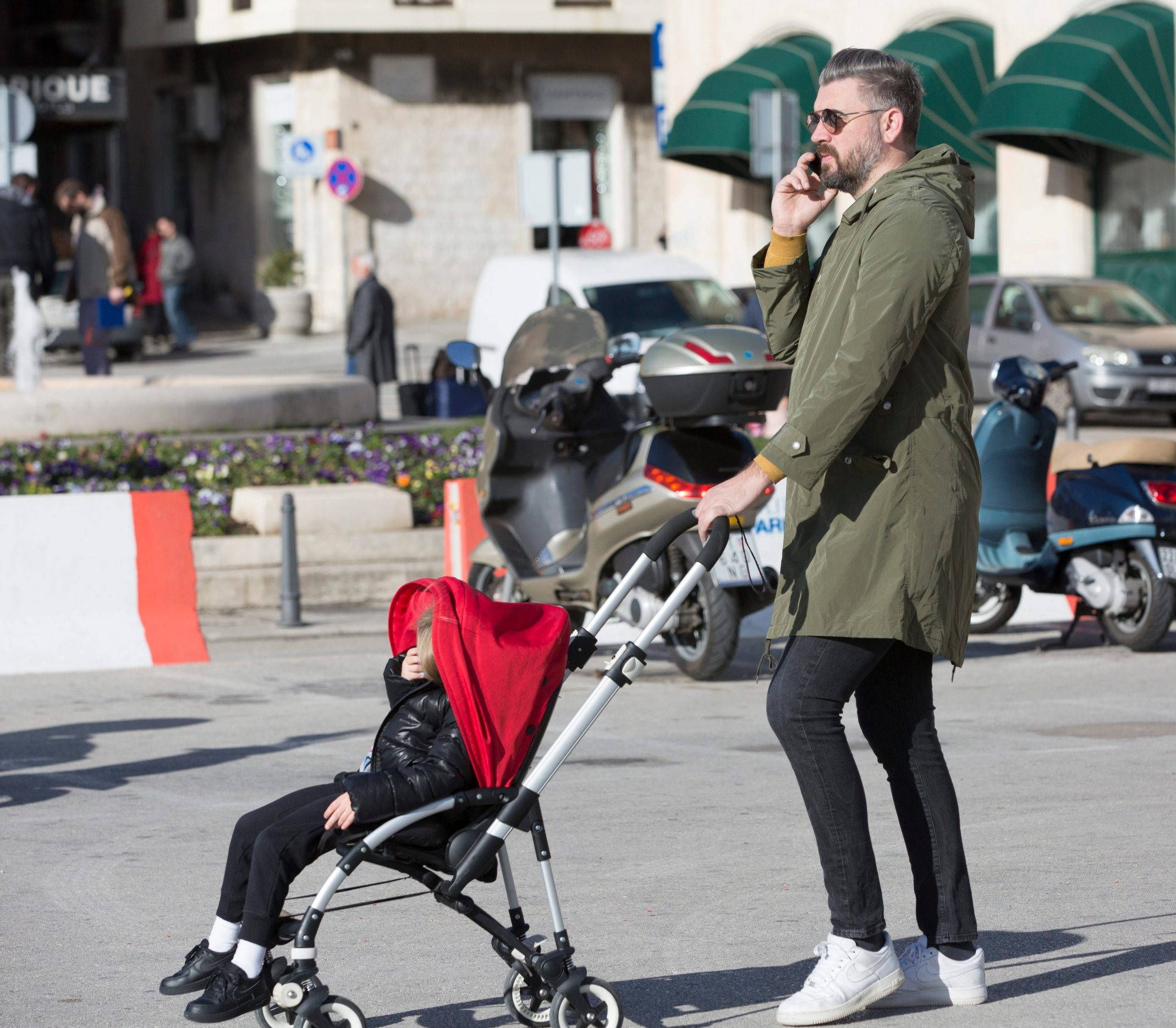 Split, 030118. Stipe Pletikosa bivsi vratar Hajduka i reprezentacije u setnji gradom sa sinom. Foto: Vojko Basic / CROPIX