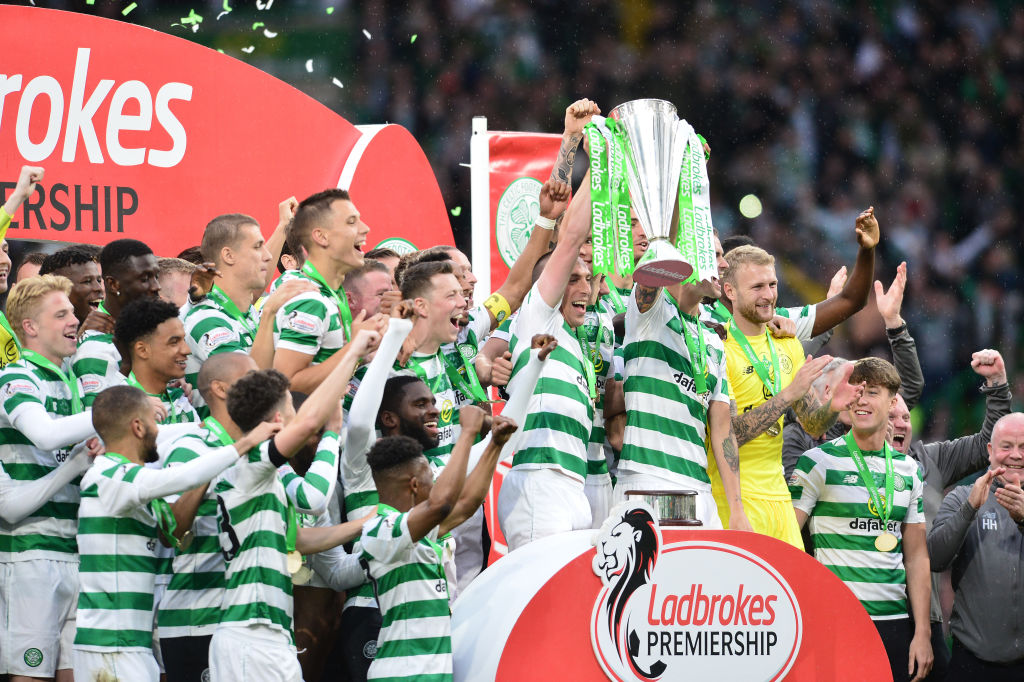 GLASGOW, SCOTLAND - MAY 19: Celtic players celebrate as club captain Scott Brown lifts the trophy during the Ladbrokes Scottish Premiership match between Celtic FC and Heart of Midlothian FC at Celtic Park on May 19, 2019 in Glasgow, Scotland. (Photo by Mark Runnacles/Getty Images)