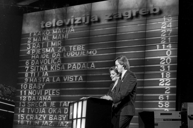 ARHIVSKA FOTOGRAFIJA Zadar, 1989 Izbor za pjesmu Eurovizije. Voditelji Ana Brbora i Branko Uvodic. Foto: Josip Bistrovic / CROPIX