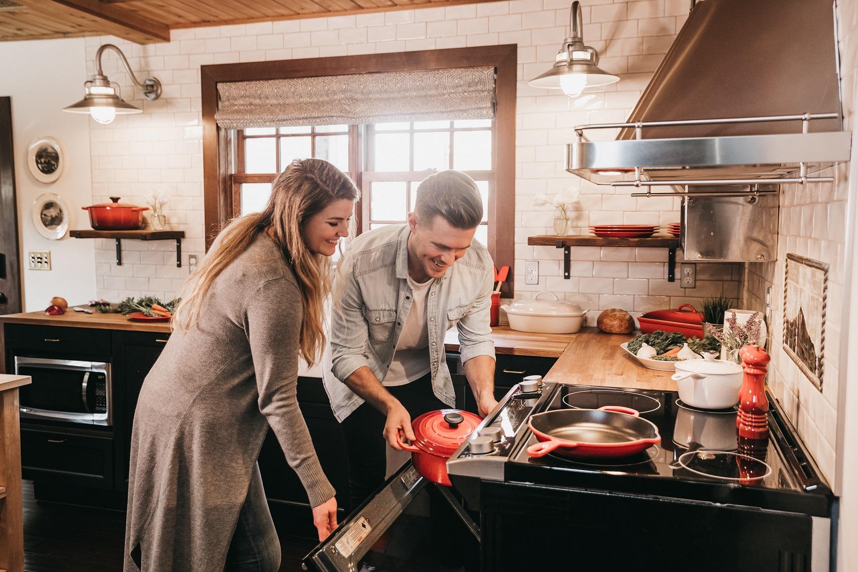 Iako se čini kako bi kod kuće to trebalo biti lako, zahtjeva dobru organizaciju i oprez svih članova kućanstva.