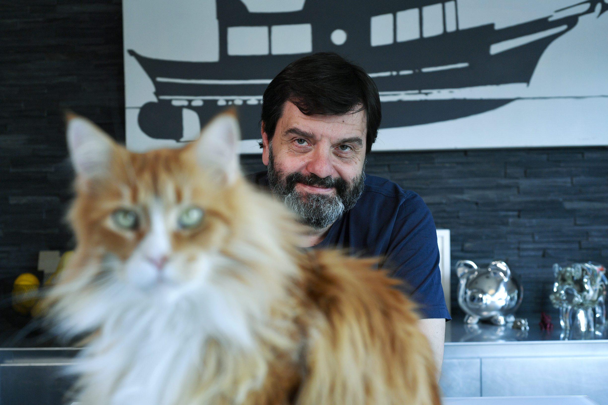 Zagreb, 280519. Srpski redatelj Mladen Maticevic, fotografiran u stanu Ivane Soljan. Foto: Boris Kovacev / CROPIX