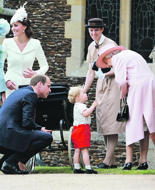 princ George s roditeljima, dadiljom i prabakom, kraljicom Elizabetom II.