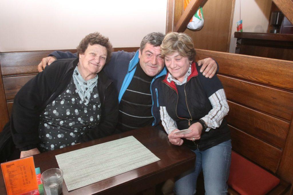 Cristina Giangu (desno) s gostima u kafiću