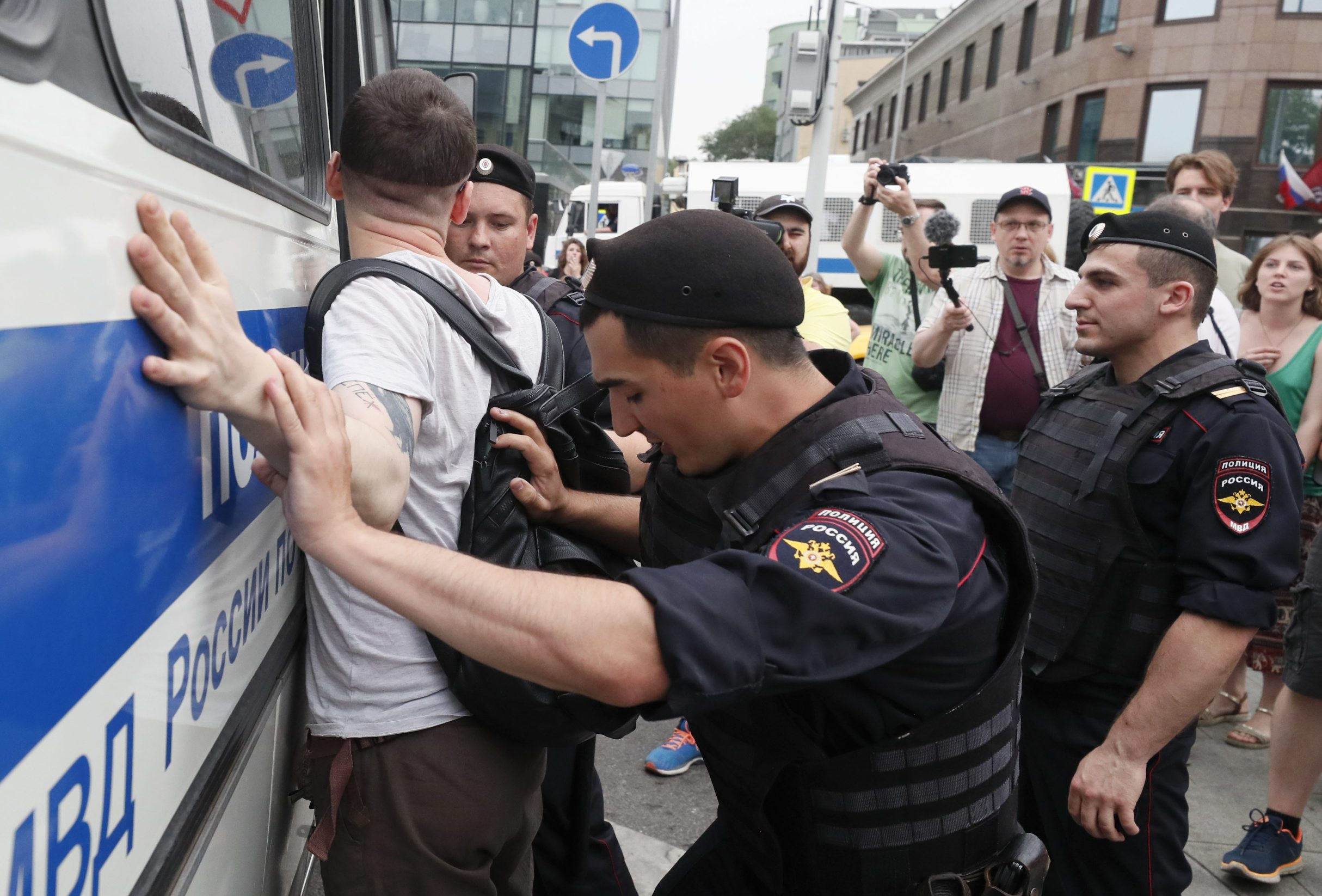 2019-06-12T103258Z_1279755620_UP1EF6C0TAY1A_RTRMADP_3_RUSSIA-JOURNALIST-PROTESTS