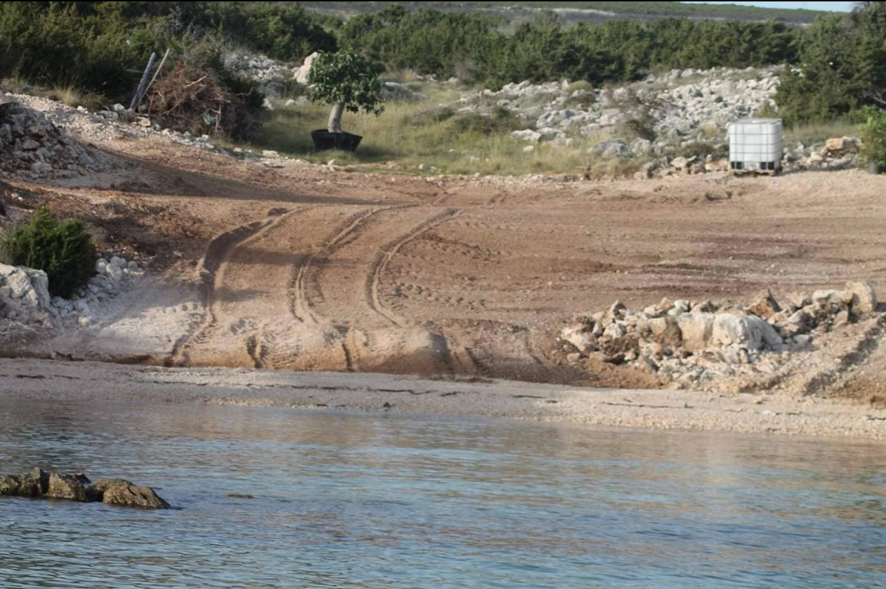 Morska uvala Paladinka na Pagu