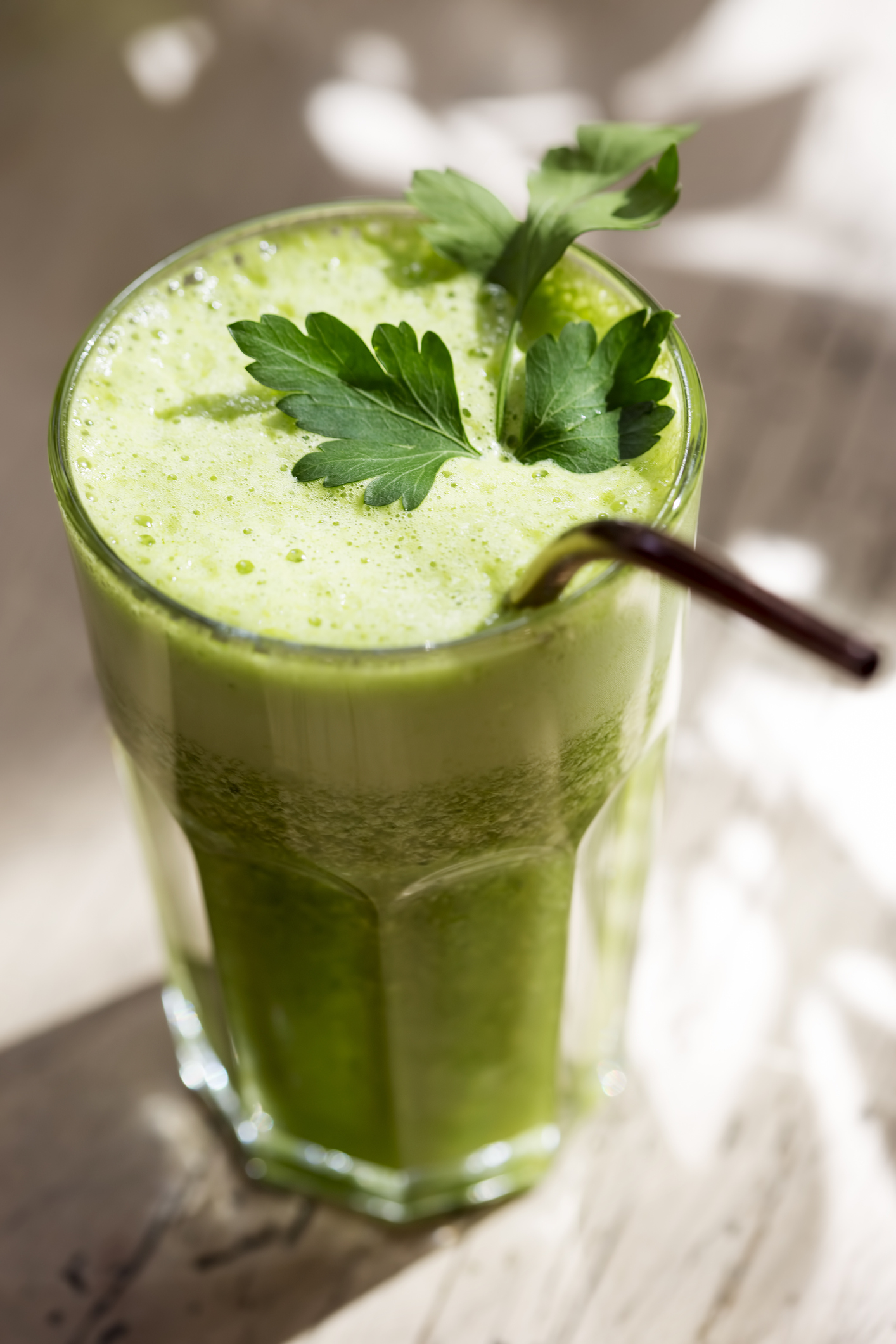 Green smoothie with spinach, pear & parsley