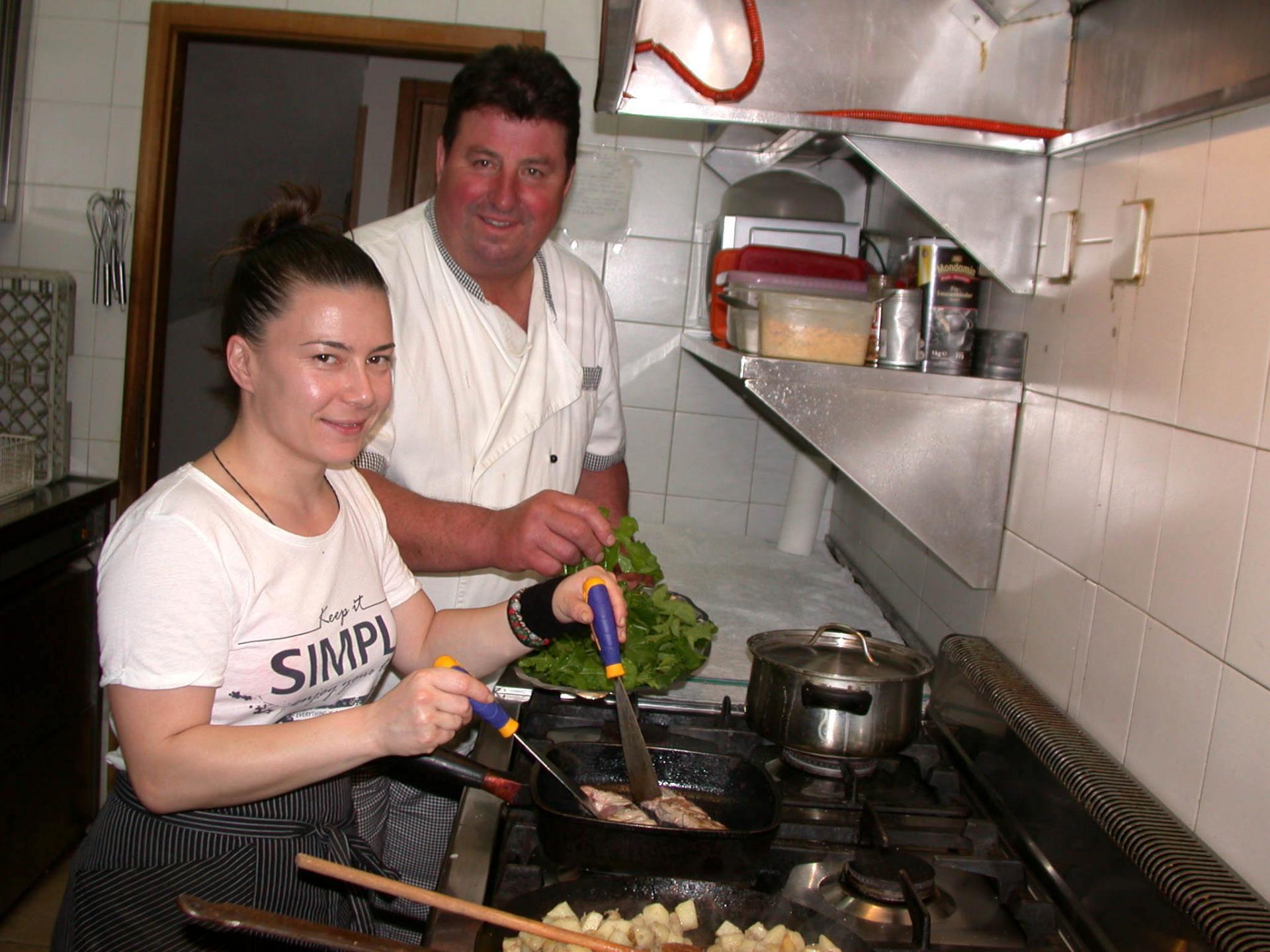 """Tijana Nišavić na radnom mjestu u restoranu """"Murvica"""" u Jelsi, pored nje je vlasnik restorana Đorđan Gurdulić"""