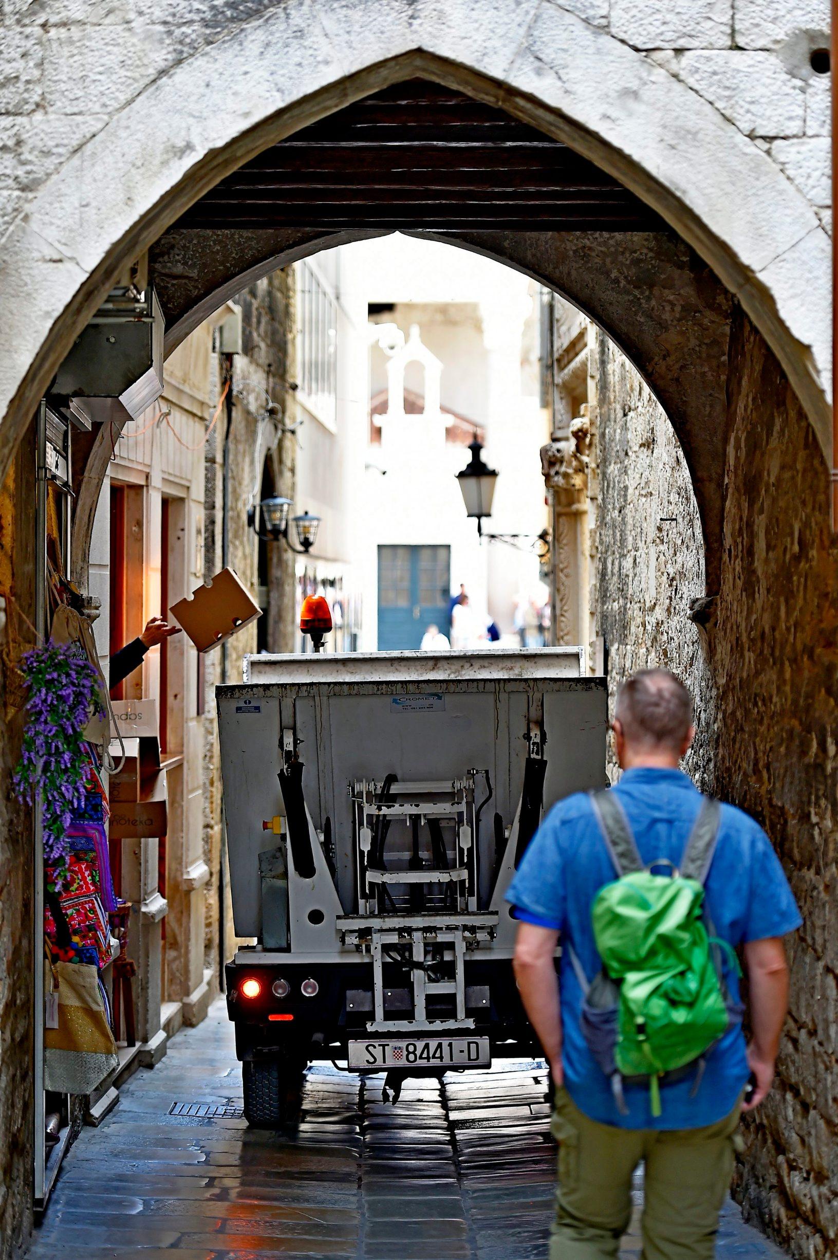 Skupljanje smeća u Dioklecijanovoj ulici u Splitu