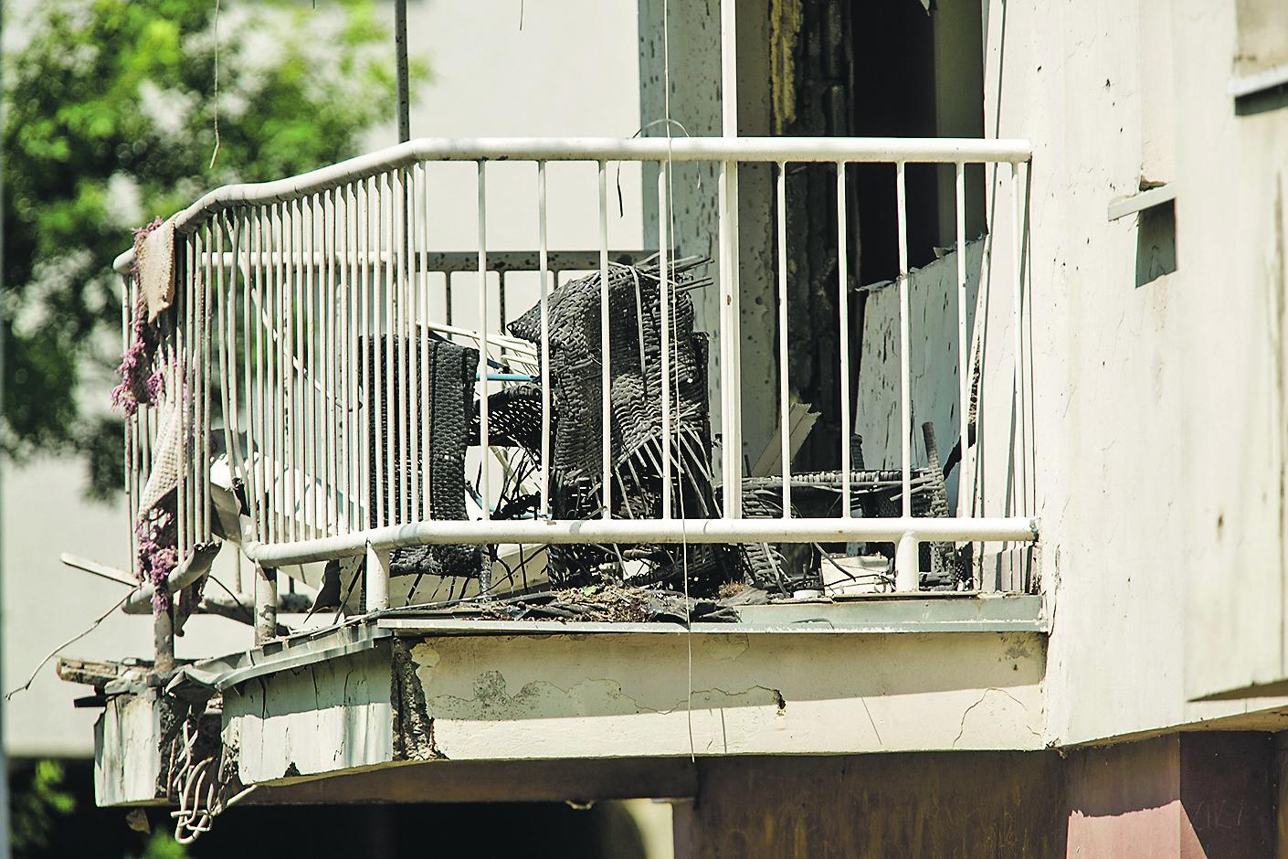Vinkovci, 200619.  Nocas oko ponoci eksplodirala je za sada nepoznata naprava na terasi stana u Strossmayerovoj ulici u Vinkovcima.  Na fotografiji: mjesto dogadjaja.  Foto: Vlado Kos / CROPIX