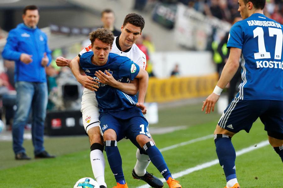 Gianluca Waldschmitt (lijevo u plavom dresu), snimljen prošle sezone dok je nosio dres HSV-a. Danas je igrač Freiburga i mladi njemački reprezentativac, Srbima je zabio tri gola, Austrijancima jedan