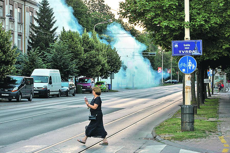 Osijek, 190619.  Tvrtka Sanitacija jedna je  od pet tvrtki ciji djelatnici zaprasuju grad Osijek protiv komaraca.  Na fotografiji: zaprasivanje komaraca.  Foto: Vlado Kos / CROPIX
