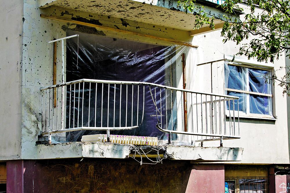 Vinkovci, 210619.  Stambena zgrada u Strossmayerovoj ulici u Vinkovcima gdje je  jucer na terasi jednog stana eksplodirala nepoznata naprava.  Foto: Vlado Kos / CROPIX
