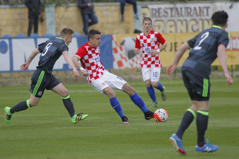 Rovinj, 160316. U17,  kvalifikacijska utakmica za EP izmedju  Hrvatske i Wales-a. Na fotografiji: 11 Sandro Kulenovic, 10 Duje Javorcic. Foto: Goran Sebelic / CROPIX