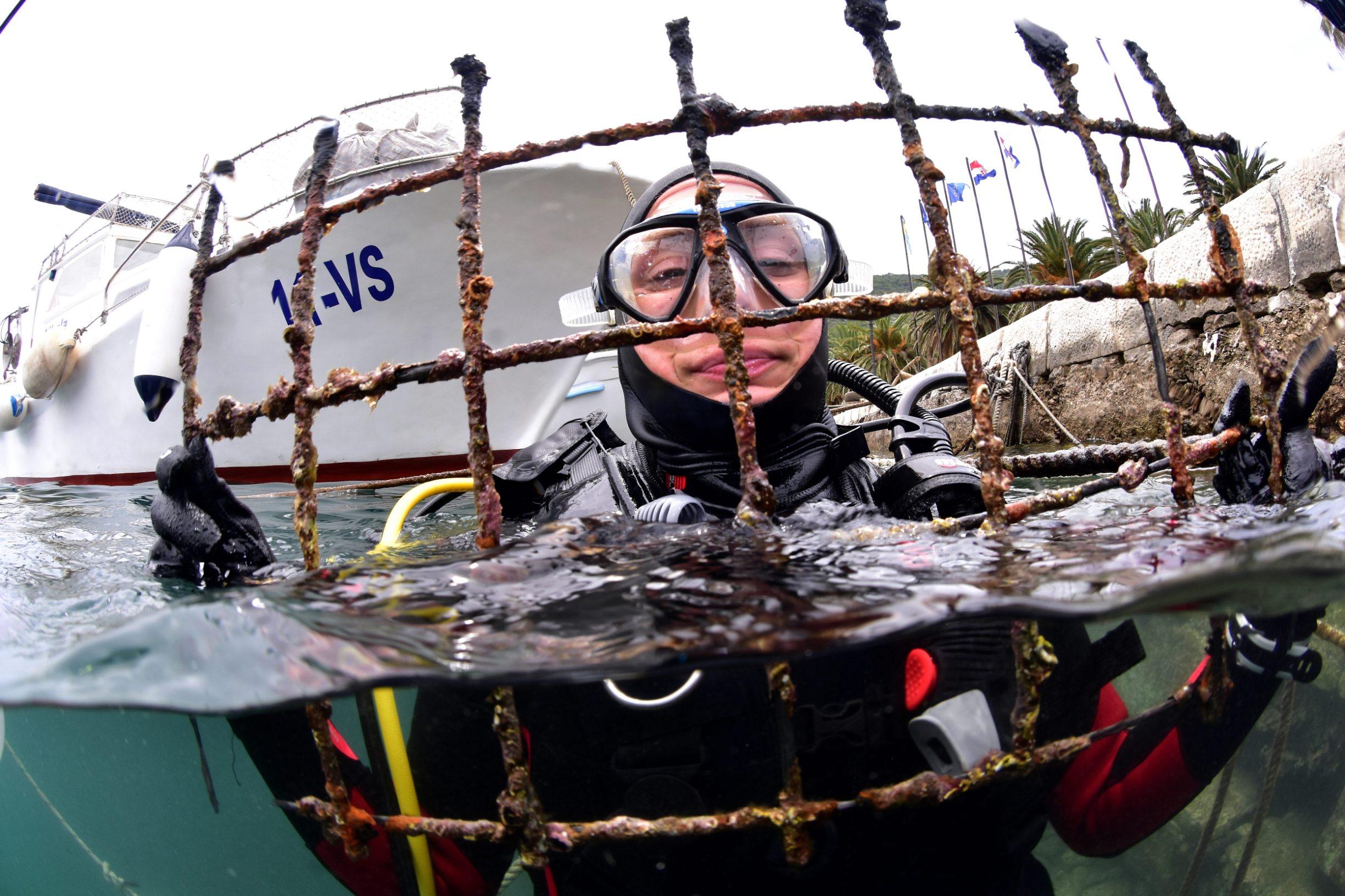 Vis, 230619. Ekoloska akcija ciscenja mora Think Green u organizaciji ronilackog kluba Roniti se mora i udruge Svima u kojoj je sudjelovalo 25 ronioca i nekolicina volontera na obali. Foto: Srdjan Vrancic / CROPIX