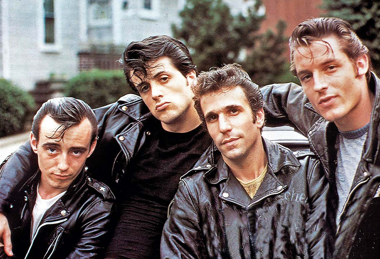 Brooklyn Blues - Das Gesetz Der Gosse, Lords Of Flatbush, Brooklyn Blues - Das Gesetz Der Gosse, Lords Of Flatbush, Perry King, Sylvester Stallone, Henry Winkler, Paul Mace Chico (Perry King, l) und sein bester Freund Stanley Rosiello (Sylvester Stallone, 2vl) ziehen mit ihrer Gang, zu der auch Wimpy Murgalo (Paul Mace, r) und Butchey Weinstein (Henry Winkler, 2vr) gehoeren, durch die Strassen von Brooklyn.  *** Local Caption *** 1974, Image: 144972576, License: Rights-managed, Restrictions: Nur redaktionelle Nutzung im Zusammenhang mit dem Film. Editorial usage only and only related to the movie. Im Falle anderer Verwendungen, kontaktieren Sie uns bitte. For other uses, please contact us., Model Release: no, Credit line: Profimedia, United Archives