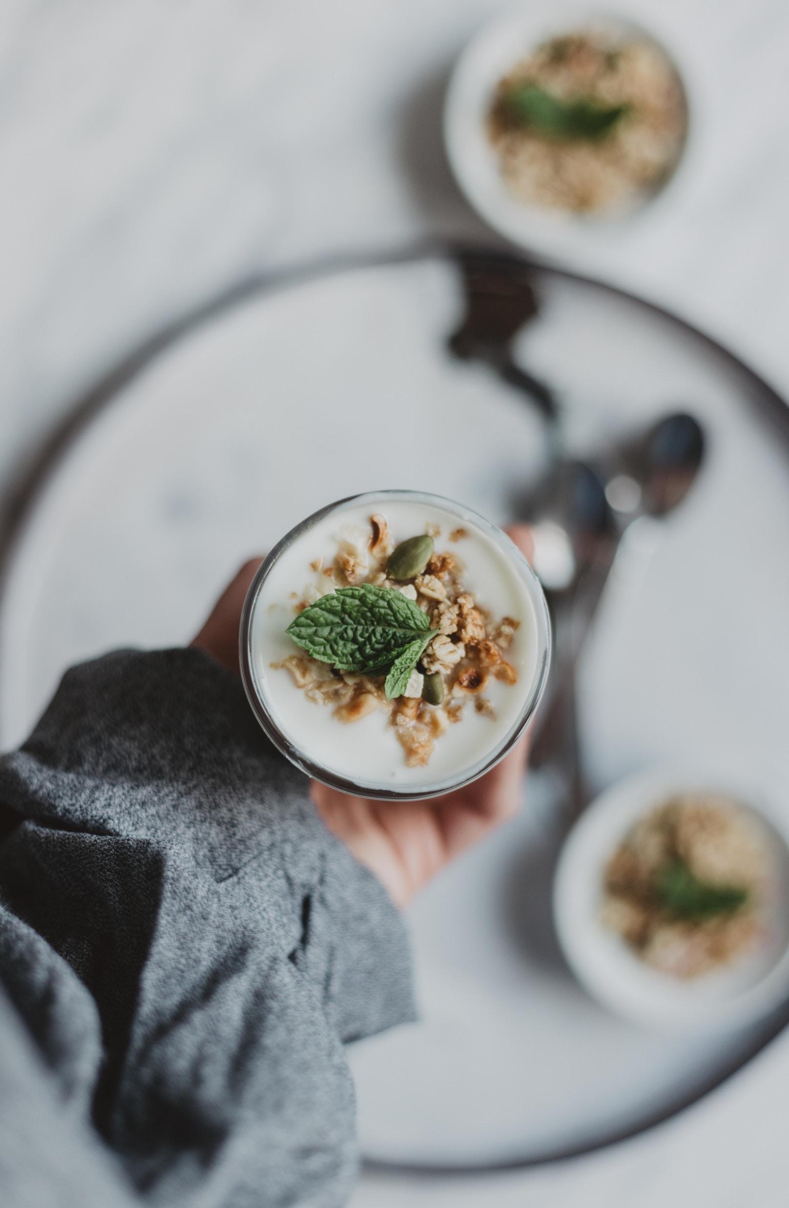 Znanstvenici vjeruju da se uočeni učinak konzumacije jogurta može objasniti njegovim pozitivnim utjecajem na crijevnu floru.