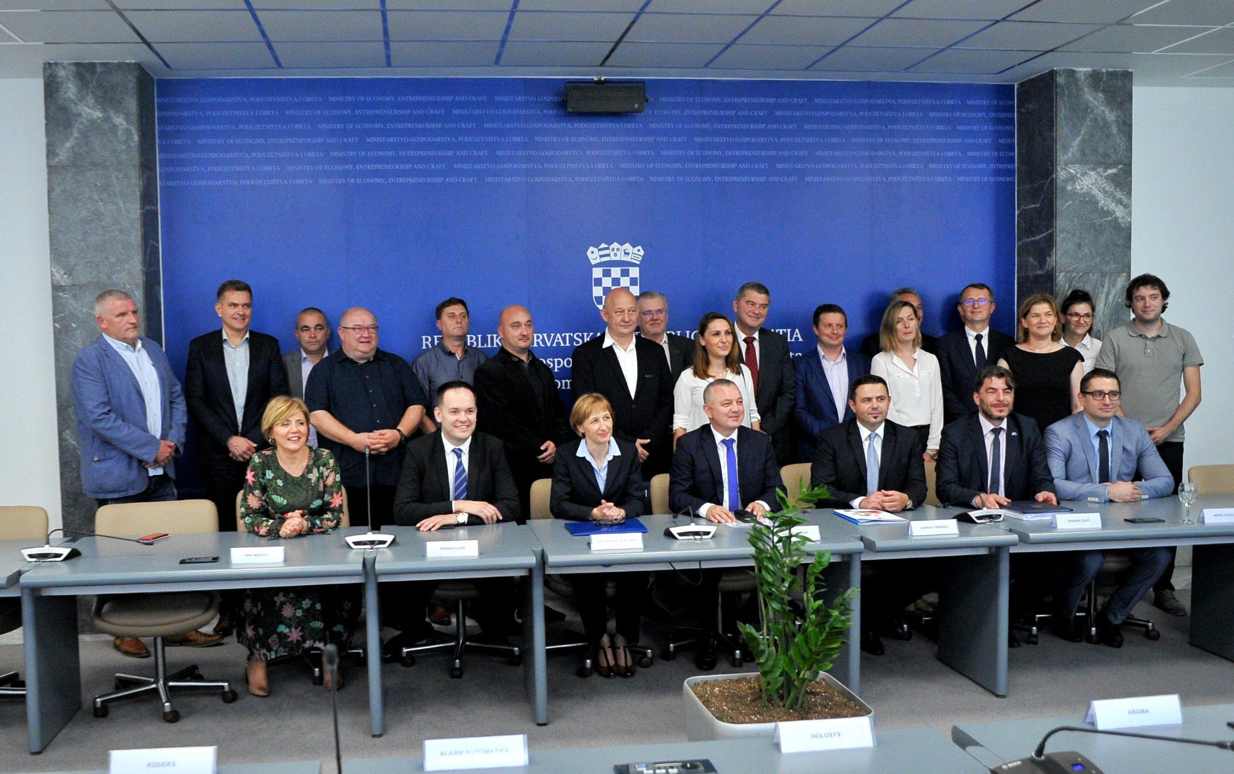 Ministar gospodarstva, poduzetništva i obrta Darko Horvat dodijelio je ugovore o bespovratnim EU sredstvima hrvatskim poduzetnicima
