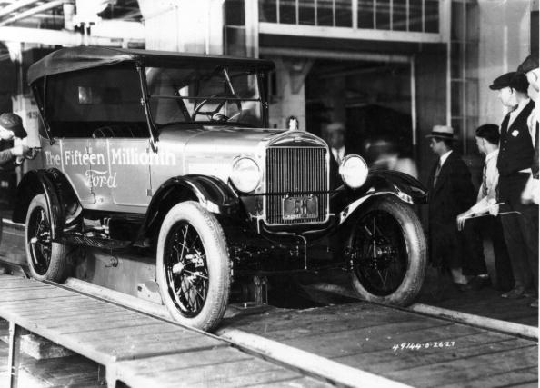 A Ford worker adds the final touches to the fifteenth million Ford car produced, a Model T Ford, in the USA.   (Photo by Keystone Features/Getty Images)